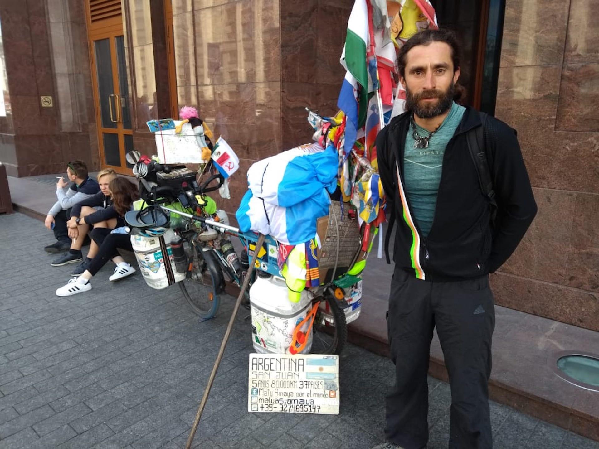 Matías Amaya junto a su bicicleta con las satisfacción de haber llegado a Rusia.