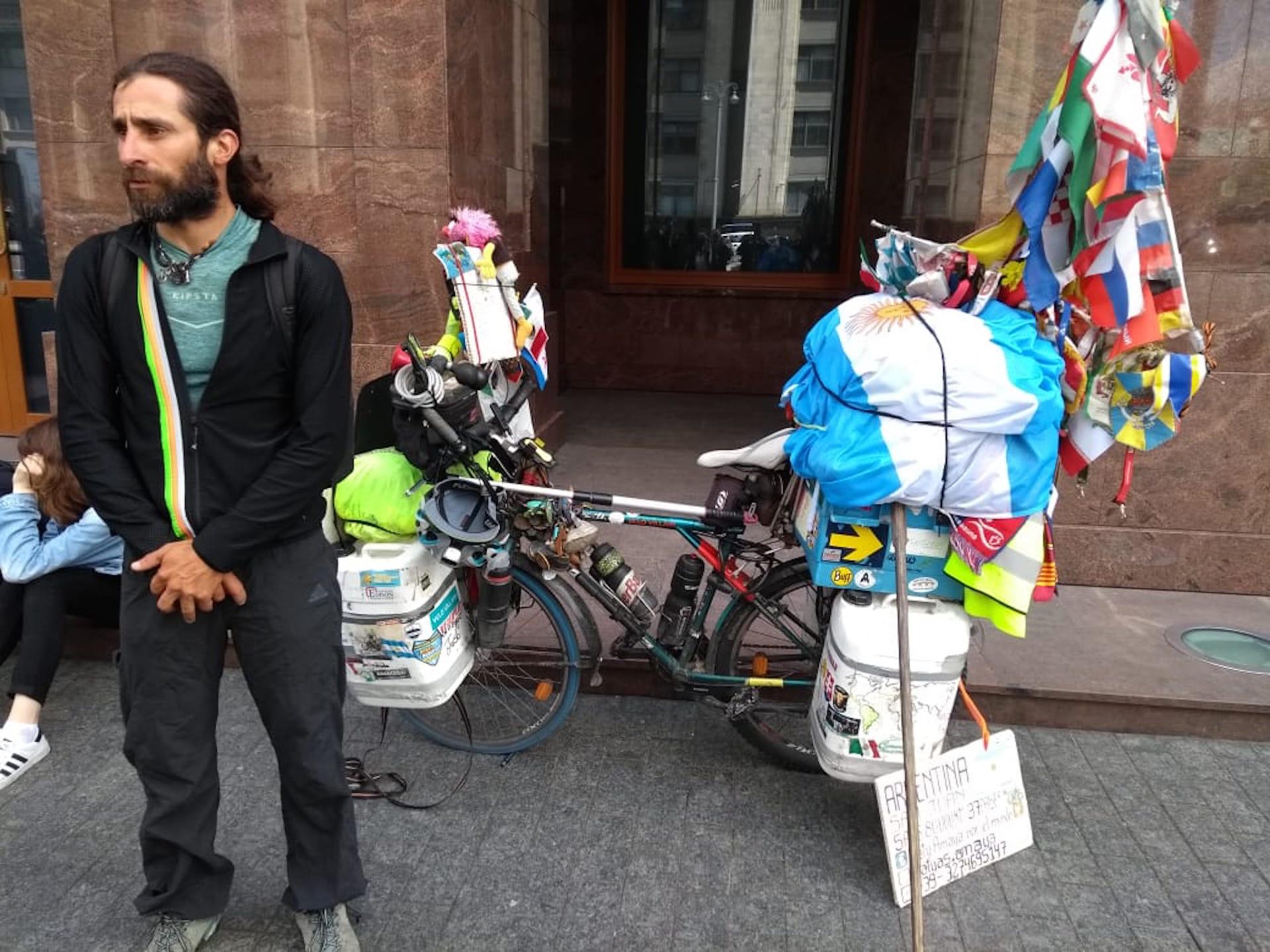 Matías Amaya con esta bici recorrió 37 países en cinco años.