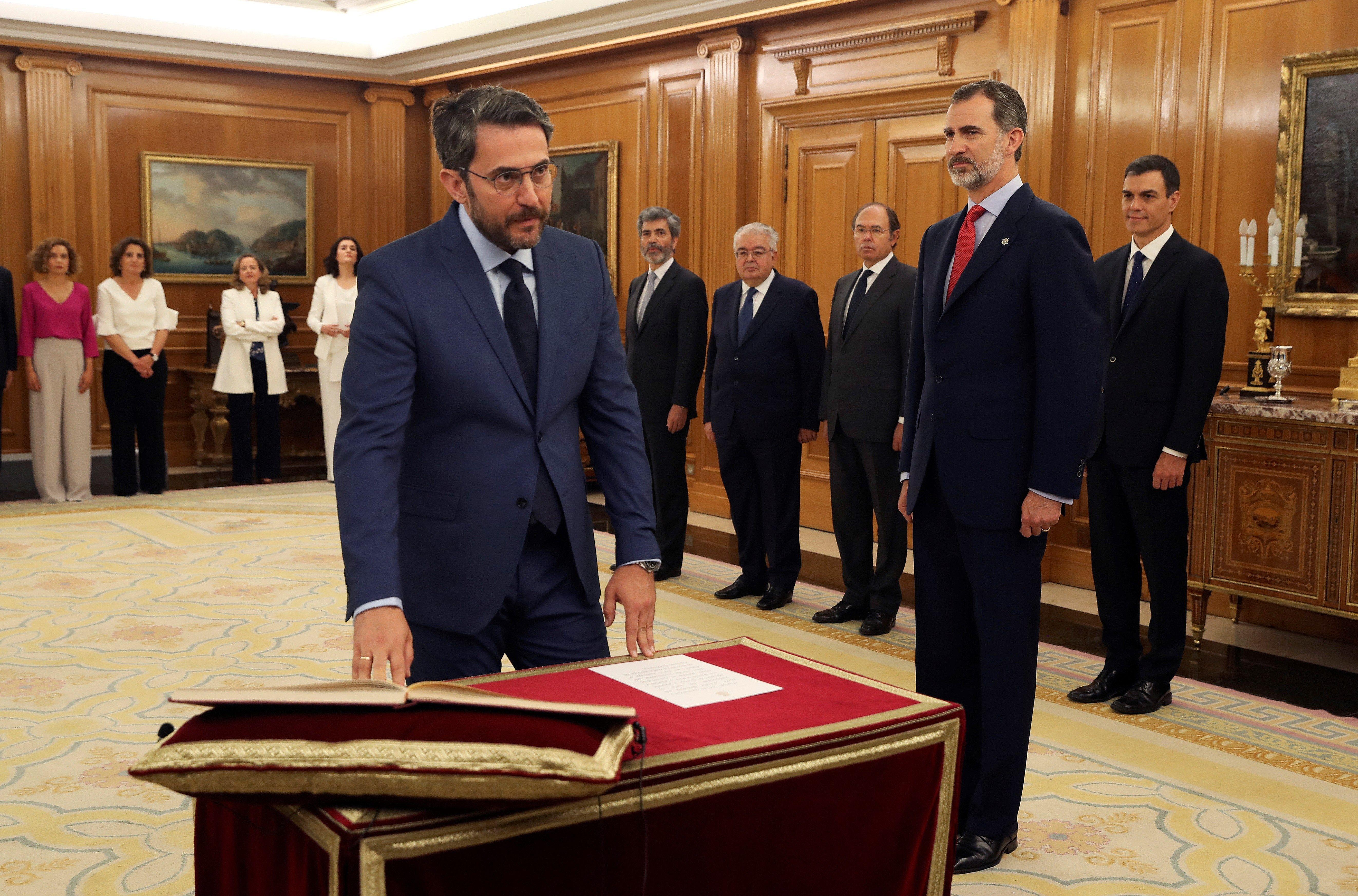 Maxim Huerta jura el cargo de ministro frente a Felipe VI, Rey de España, y Pedro Sánchez (Efe).
