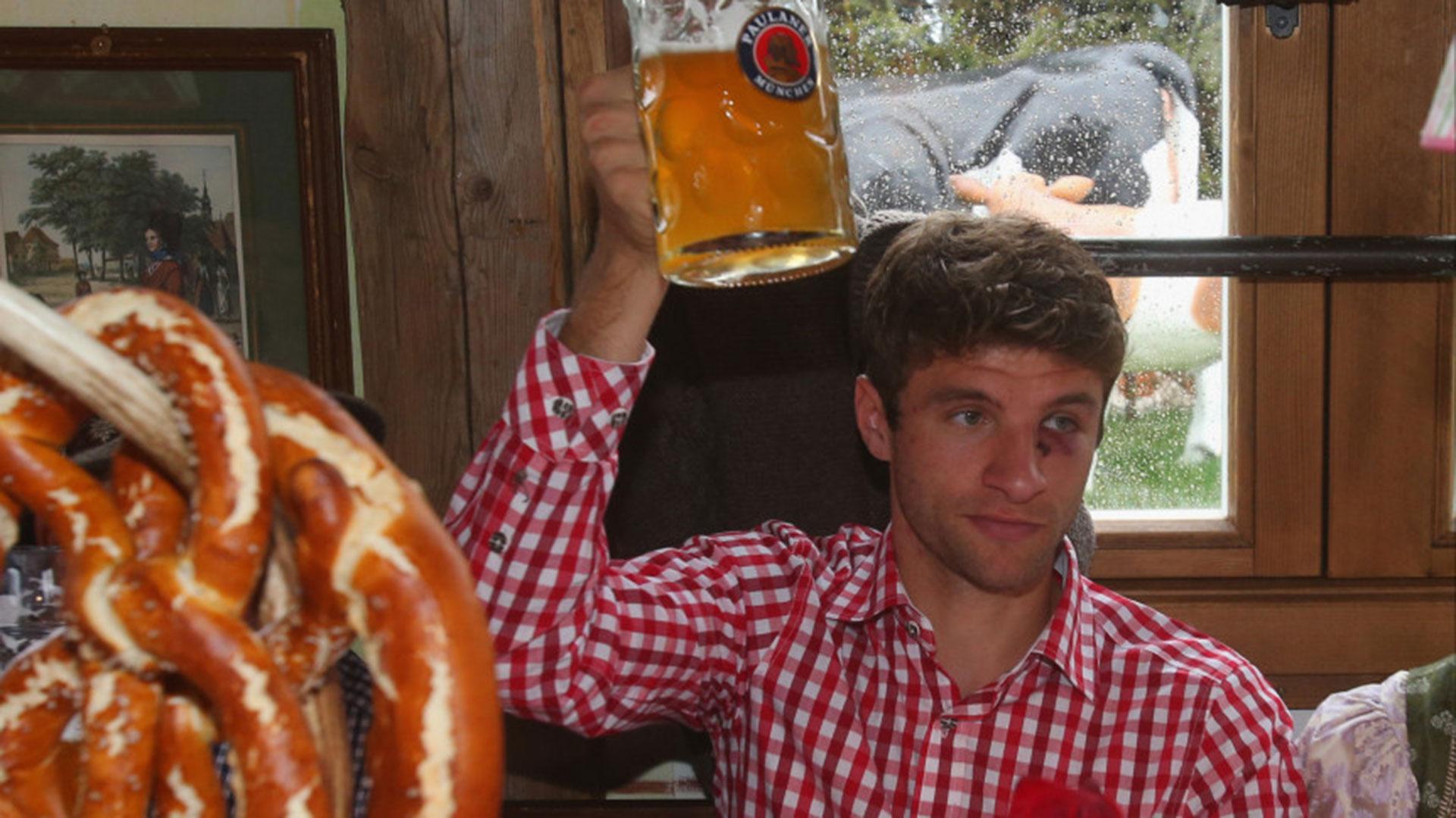 Thomas Muller, uno de los goleadores de Alemania, festeja con cerveza