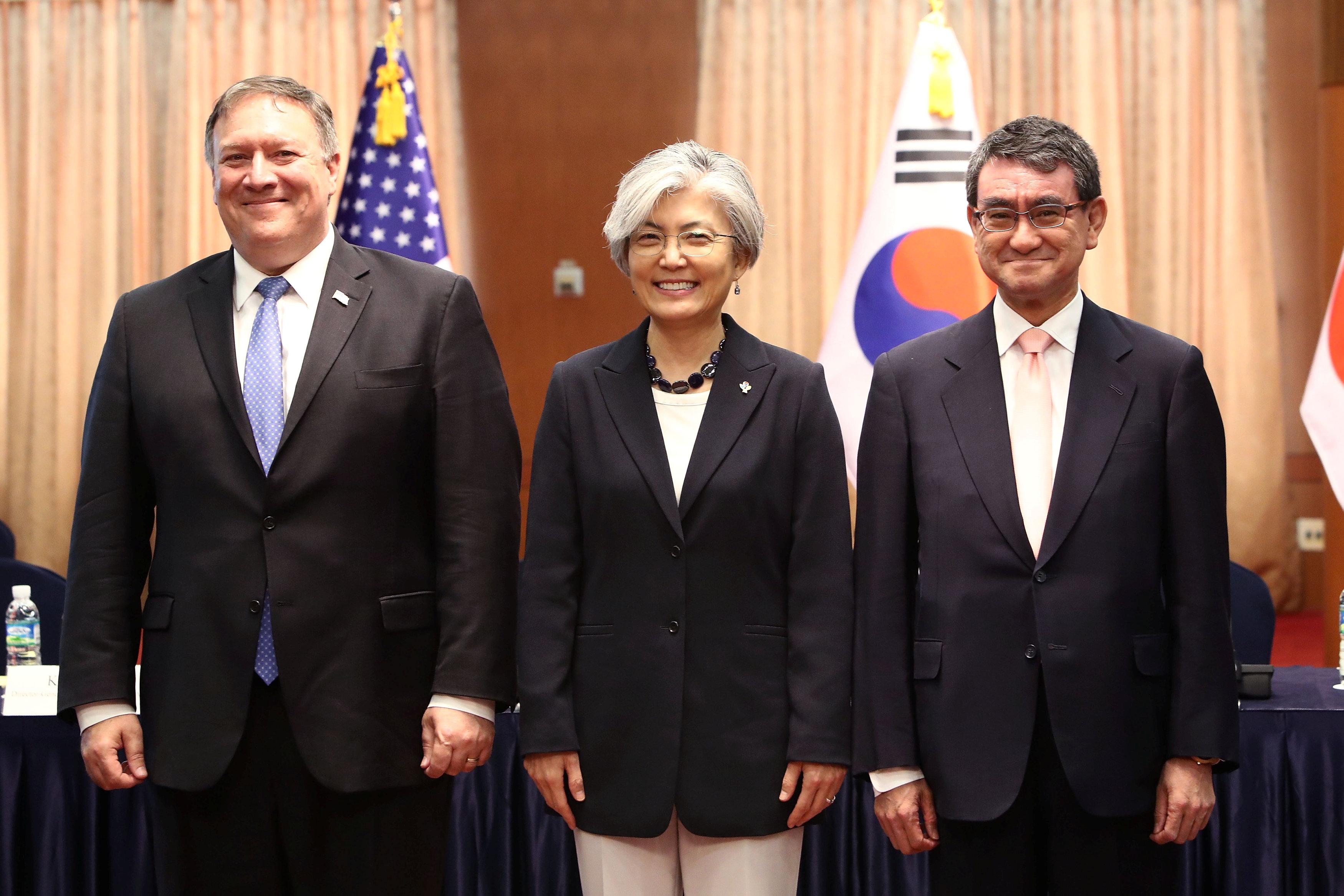 El secretario de Estado Mike Pompeo con la canciller surcoreana Kang Kyung-wha y el canciller japonés Taro Kono (Chung Sung-Jun via REUTERS)