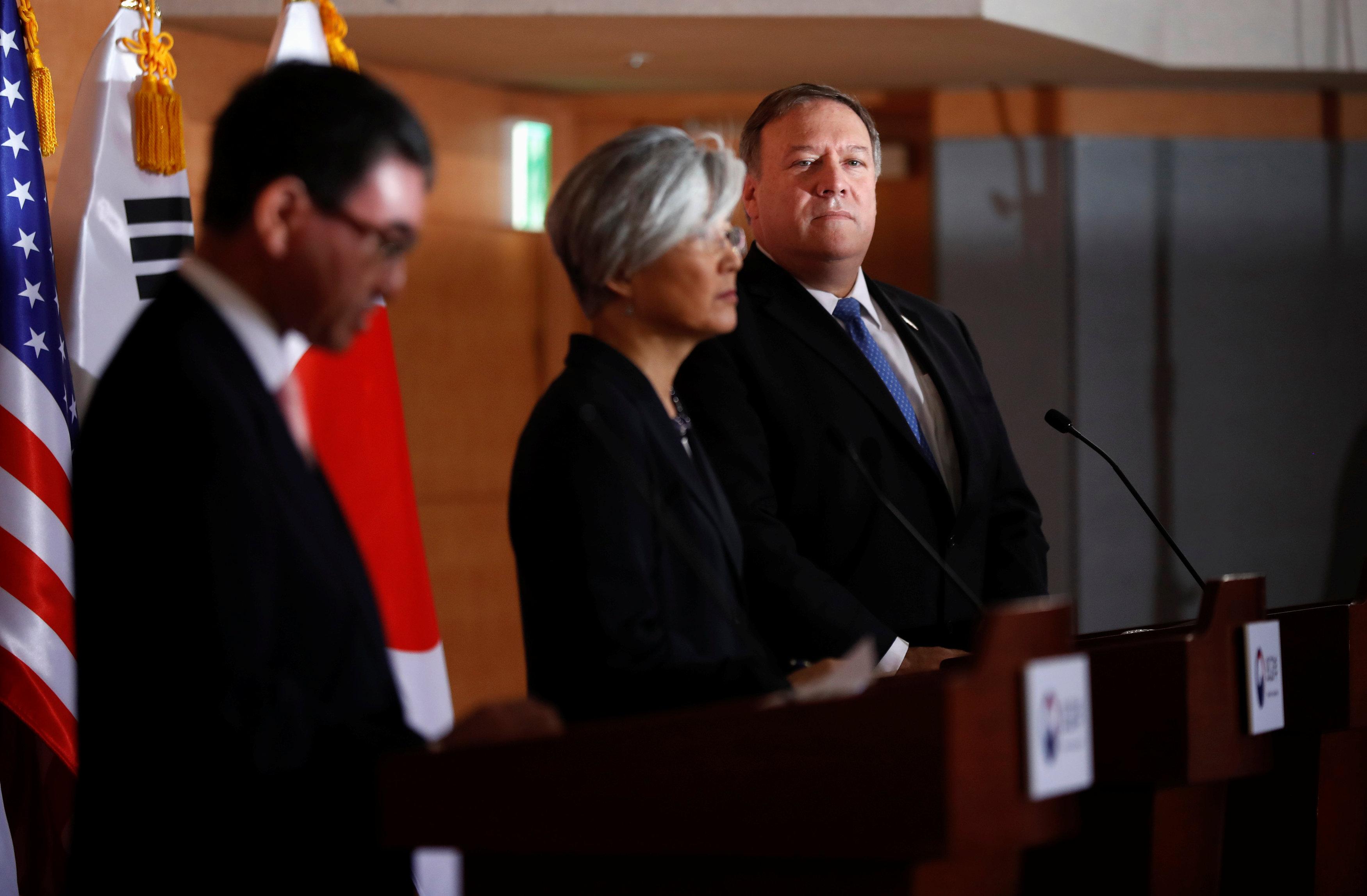 El secretario de Estado Mike Pompeo durante la conferencia de prensa con la canciller surcoreana Kang Kyung-wha y el japonés Taro Kono en Seúl (REUTERS/Kim Hong-ji)