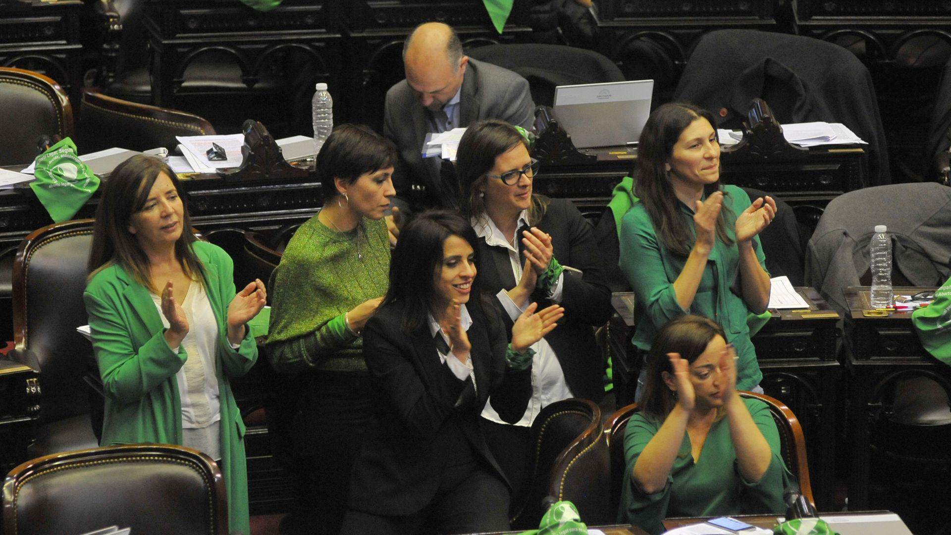 Diputadas a favor del aborto durante la sesión del 13 de junio de 2018 (Patricio Murphy)