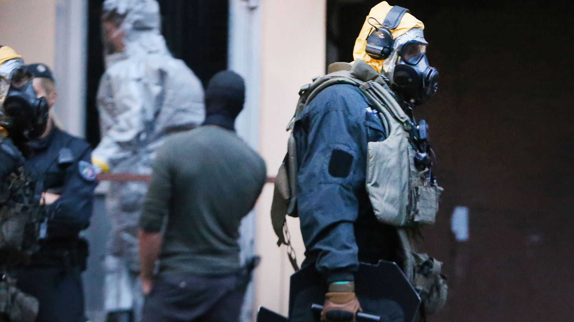Un agente de policía vestido con una traje protectivo especial durante el arresto del terrorista marroquí (AFP)