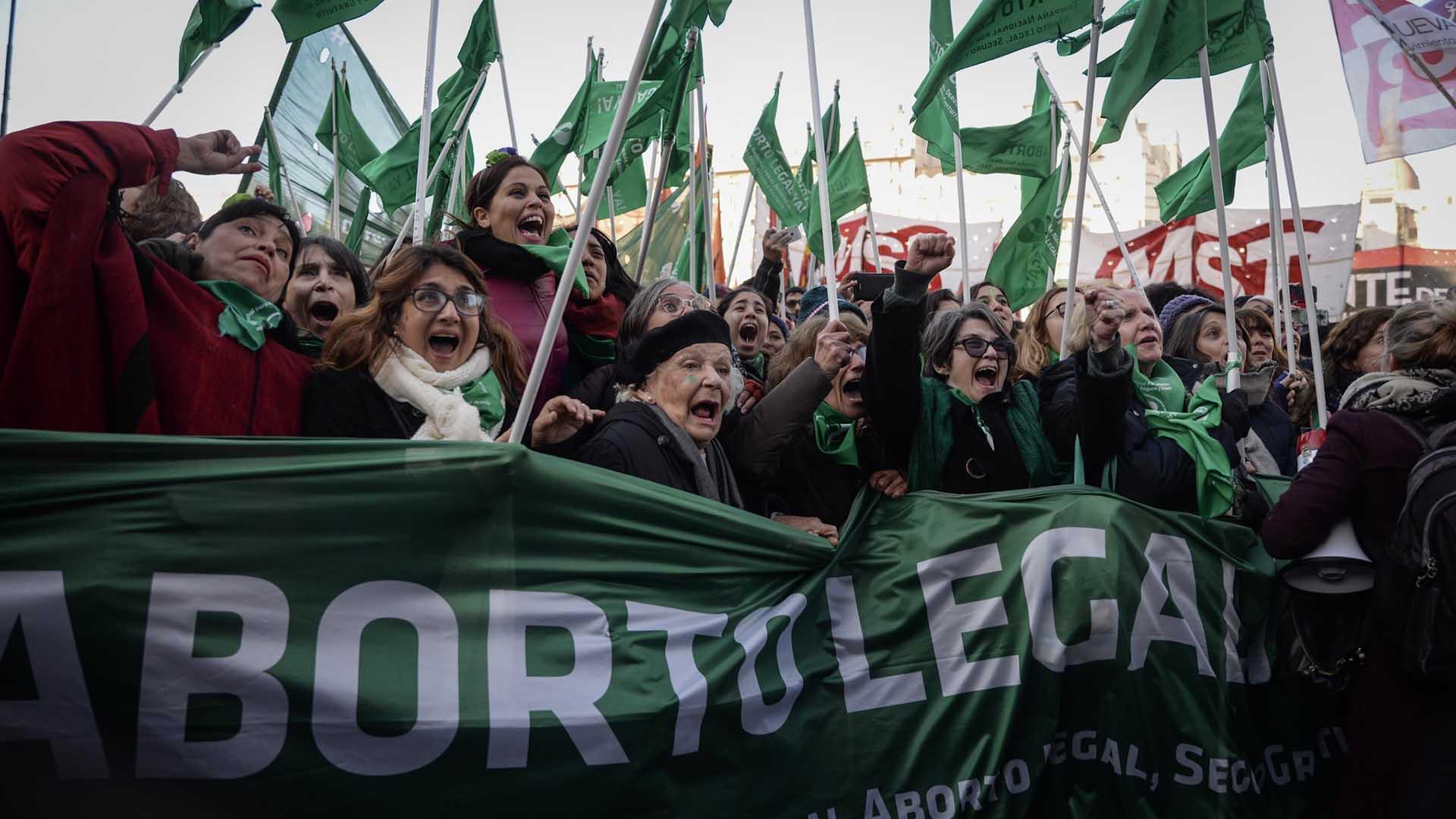 Militantes en favor del aborto legal, en las inmediaciones del Congreso; muchas famosas se sumaron a la movilización (Julieta Ferrario)