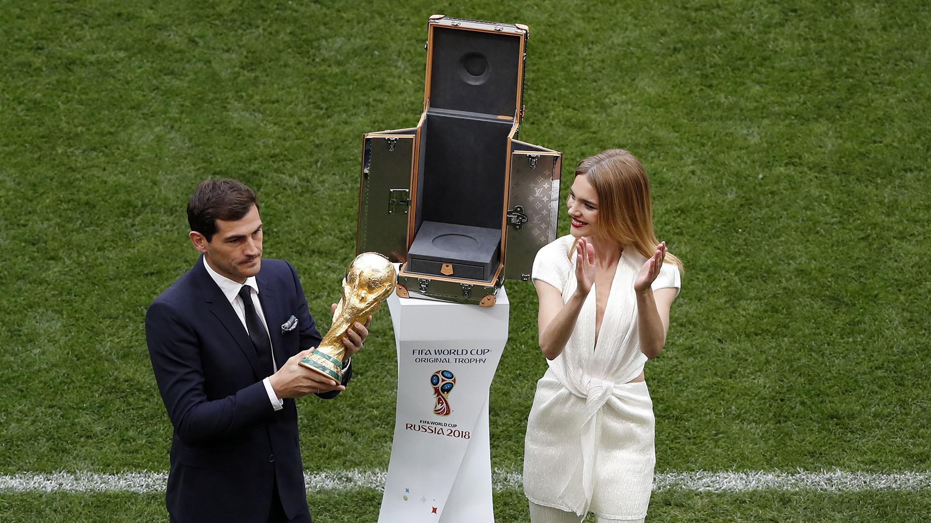 El ex arquero español Iker Casillas fue el encargado de presentar el trofeo junto a la modelo rusa Natalia Vodiónova. Ambos ingresaron al campo de juego con un cofre que exhibieron ante el público(AP Photo/Darko Bandic)