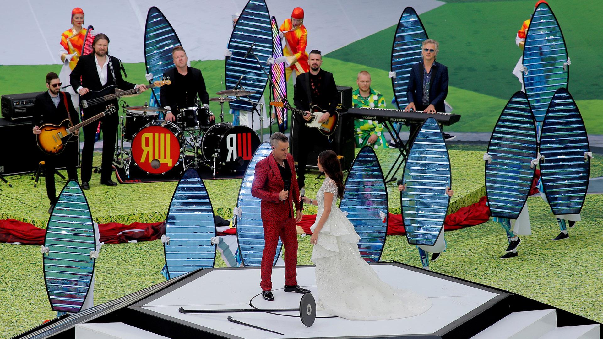 """A Robbie Williams luego se le unió la soprano rusa Aida Garifullina, con quien interpretó el hit """"Angels"""""""