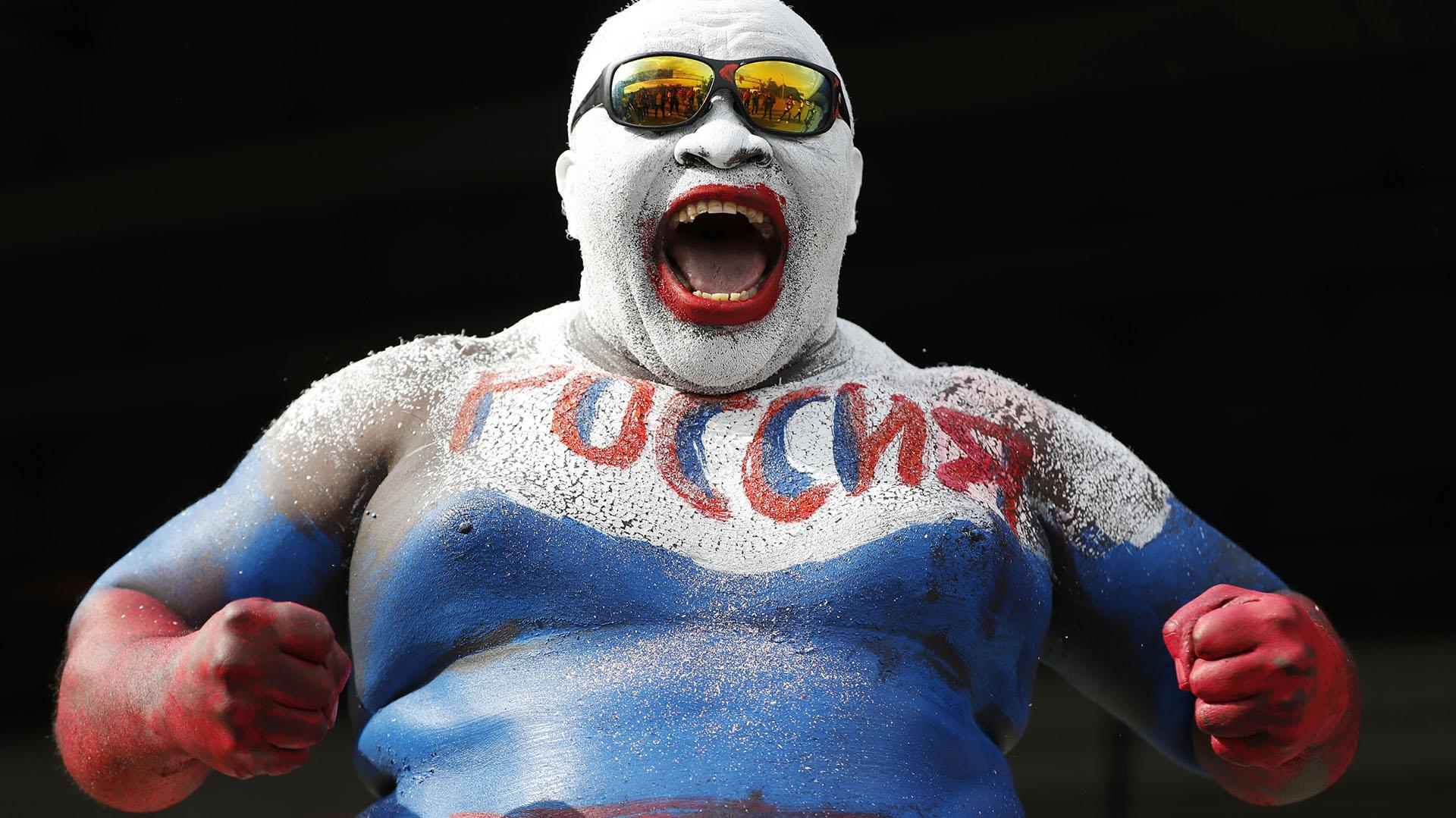 El camerunés Rigobert Youmbies unhincha caracterizado en la historia de losMundiales. Suele pintar todo su cuerpo con los colores del país anfitrión (AP Photo/Rebecca Blackwell)