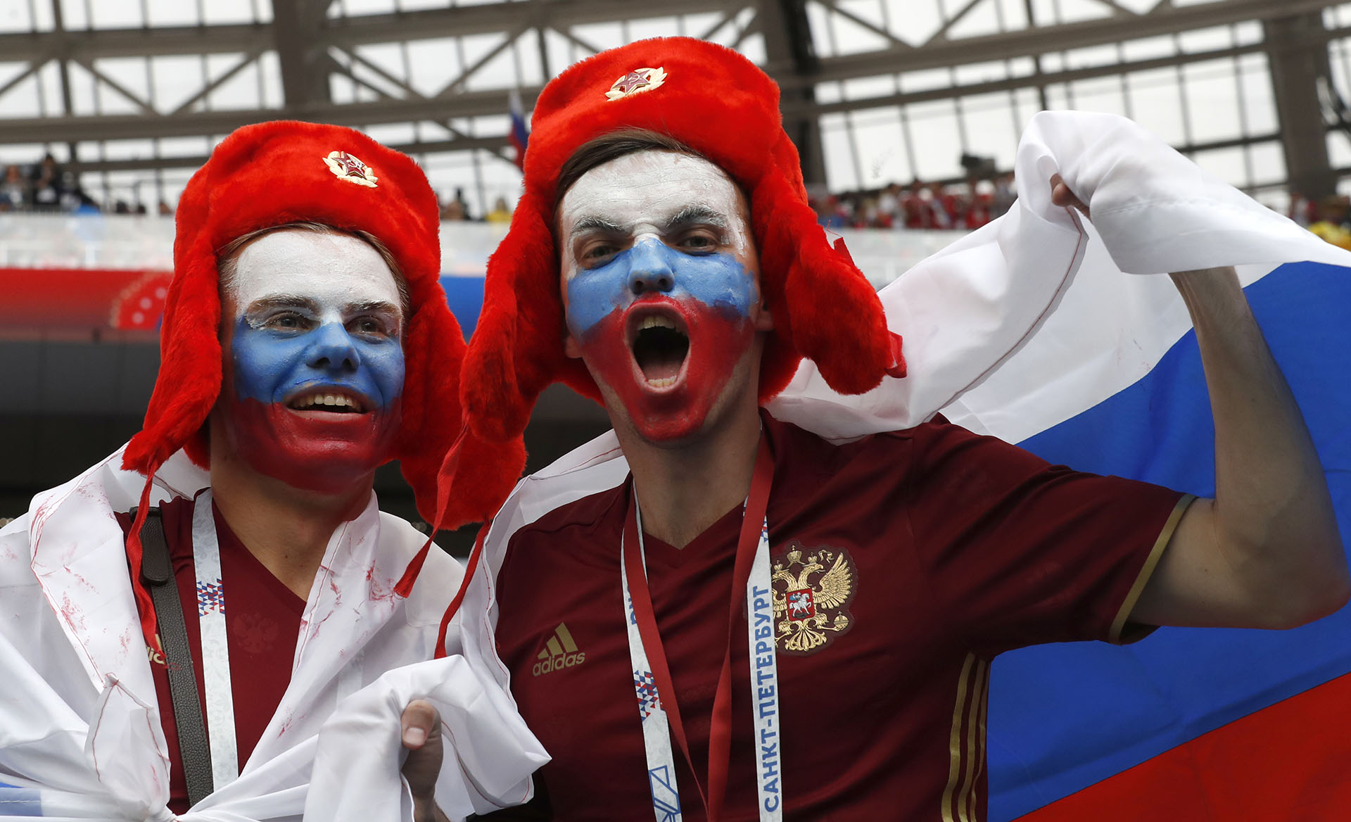 Fanáticos de la Selección local en la previa del partido inaugural del Mundial de Rusia 2018 (AP Photo/Antonio Calanni)
