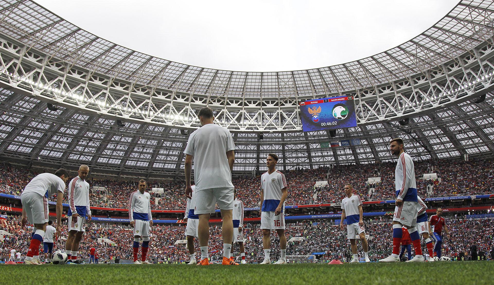 Antes del comienzo de la ceremonia de inauguración, los planteles de ambos equipos salieron al campo de juego para los trabajos precompetitivos(AP Photo/Matthias Schrader)