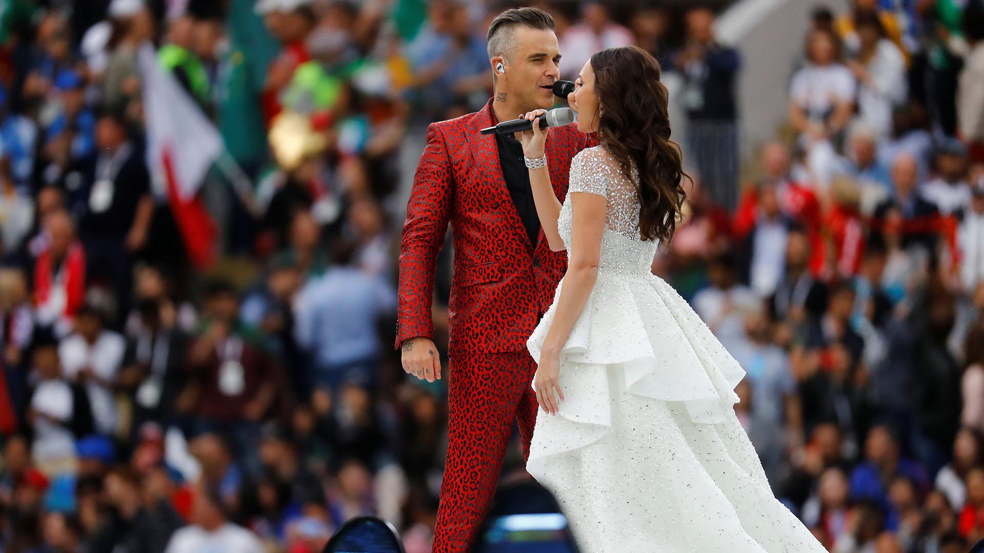 """Robbie Williams y Aida Garifullina durante la ceremonia de apertura del Mundial de Rusia: juntos cantaron """"Angels""""(REUTERS/Kai Pfaffenbach)"""