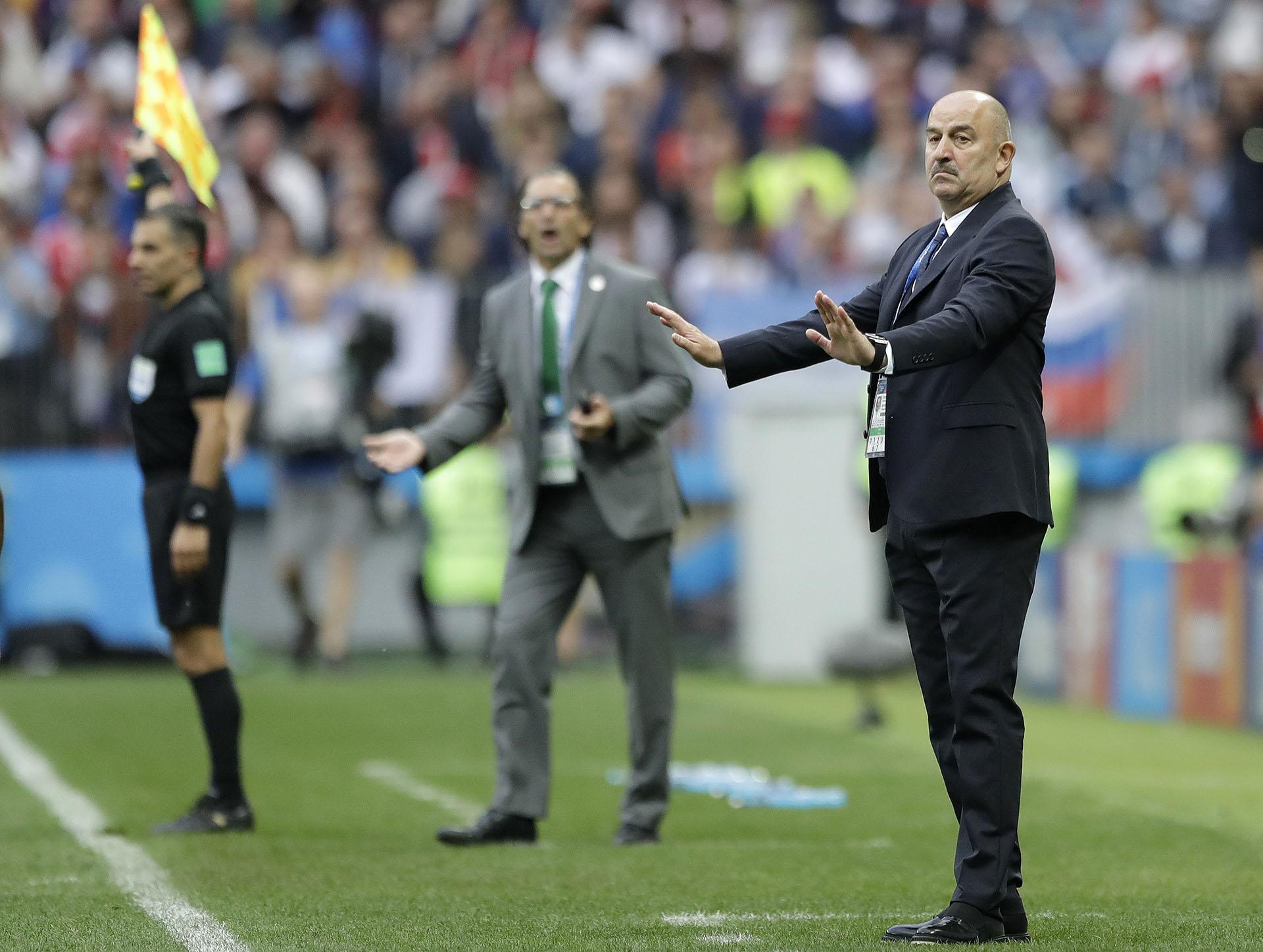 El técnico rusoStanislav Cherchesovy detrás el entrenador de Arabia Saudita, el argentino Juan Antonio Pizzi (AP Photo/Matthias Schrader)