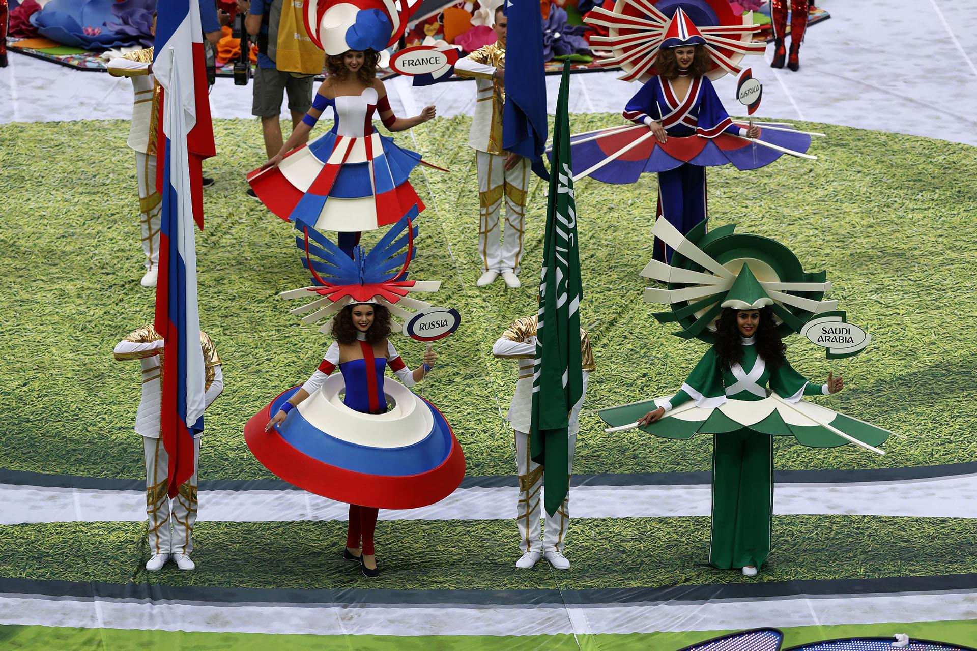 Mientras sonaba la canción de los artistas en escena, desfilaron las banderas de los países participantes(AP Photo/Darko Bandic)
