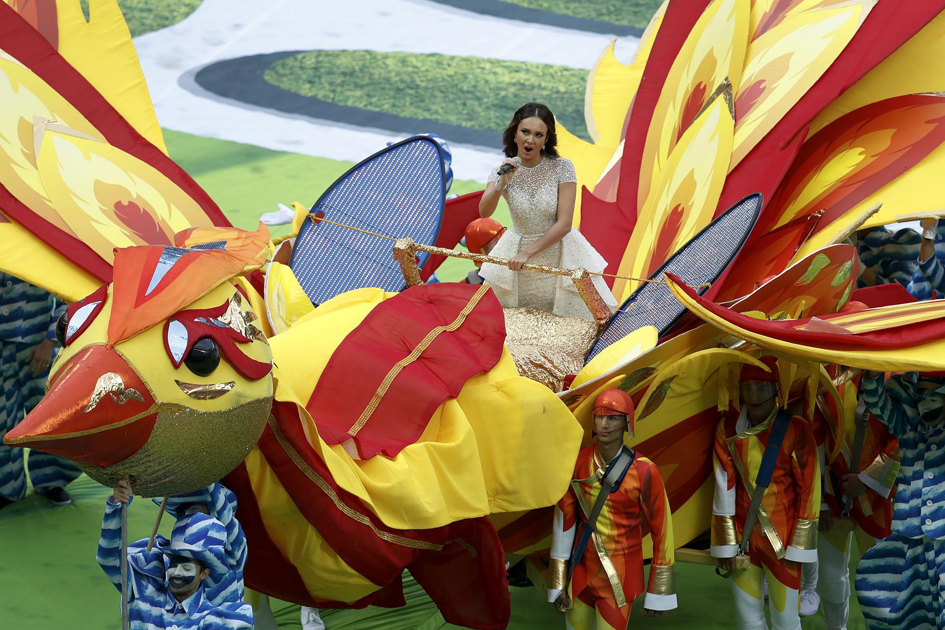 Lasoprano rusa Aida Garifullina singsingresó sobre un ave artificial luego de que Robbie Williams cantara su primera canción(AP Photo/Victor Caivano)