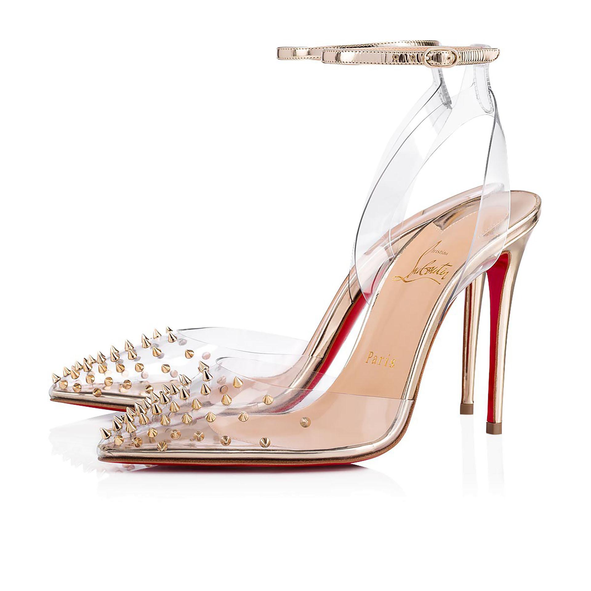 PVC, tachas y cuero dorado. Un novedoso diseño de calzado de Christian Louboutin con fina pulsera regulable. En punta y con tachas puntiagudas doradas, es uno de los últimos modelos que presentó la marca francesa en sus tiendas.