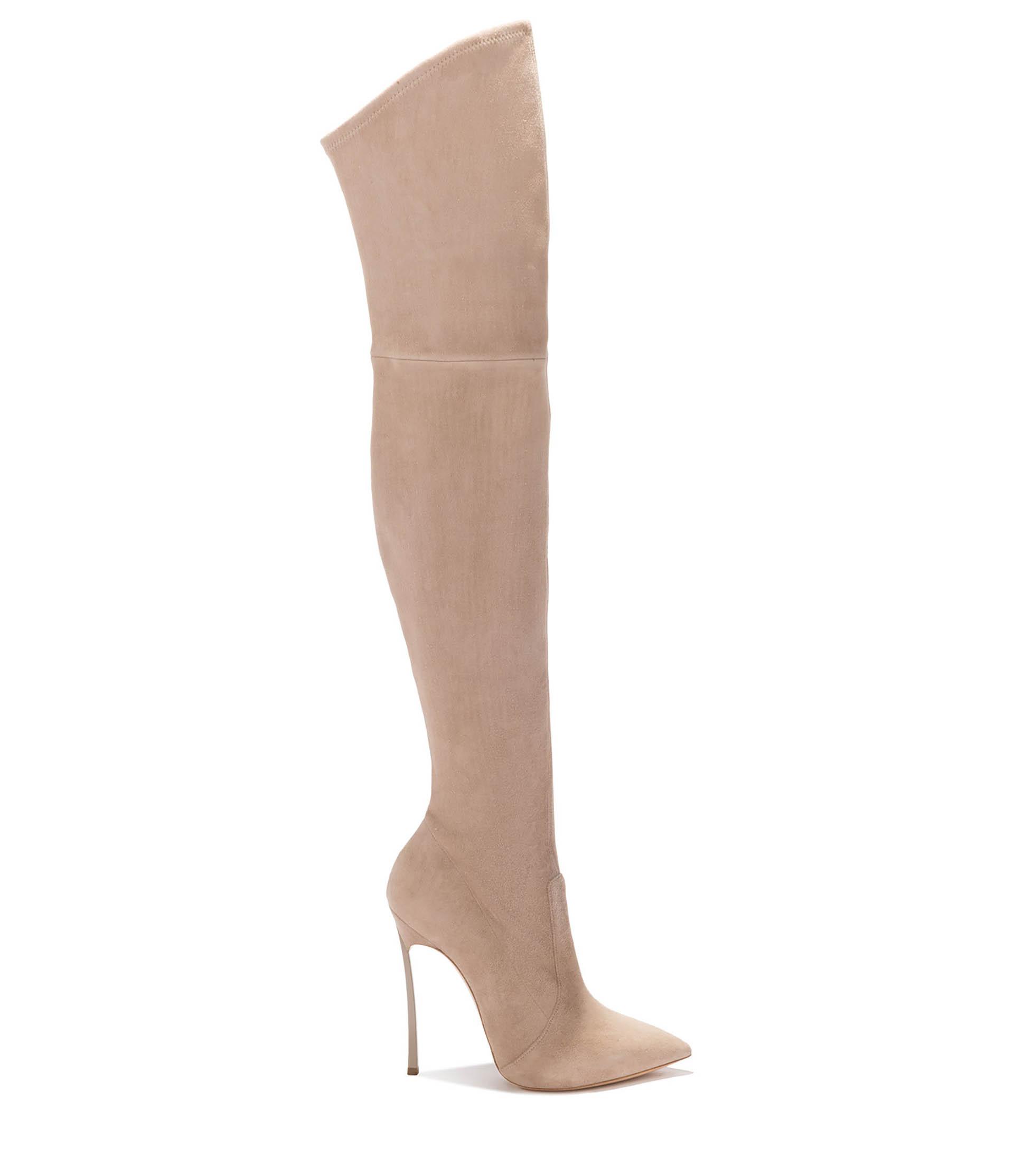 """De gamuza en beige 7/8, un modelo furor de Casadei llamada """"Blade Capuccino"""" con taco aguja y en punta, también se puede conseguir en negro y fucsia. Este modelo estiliza y afina las piernas de la mujer"""
