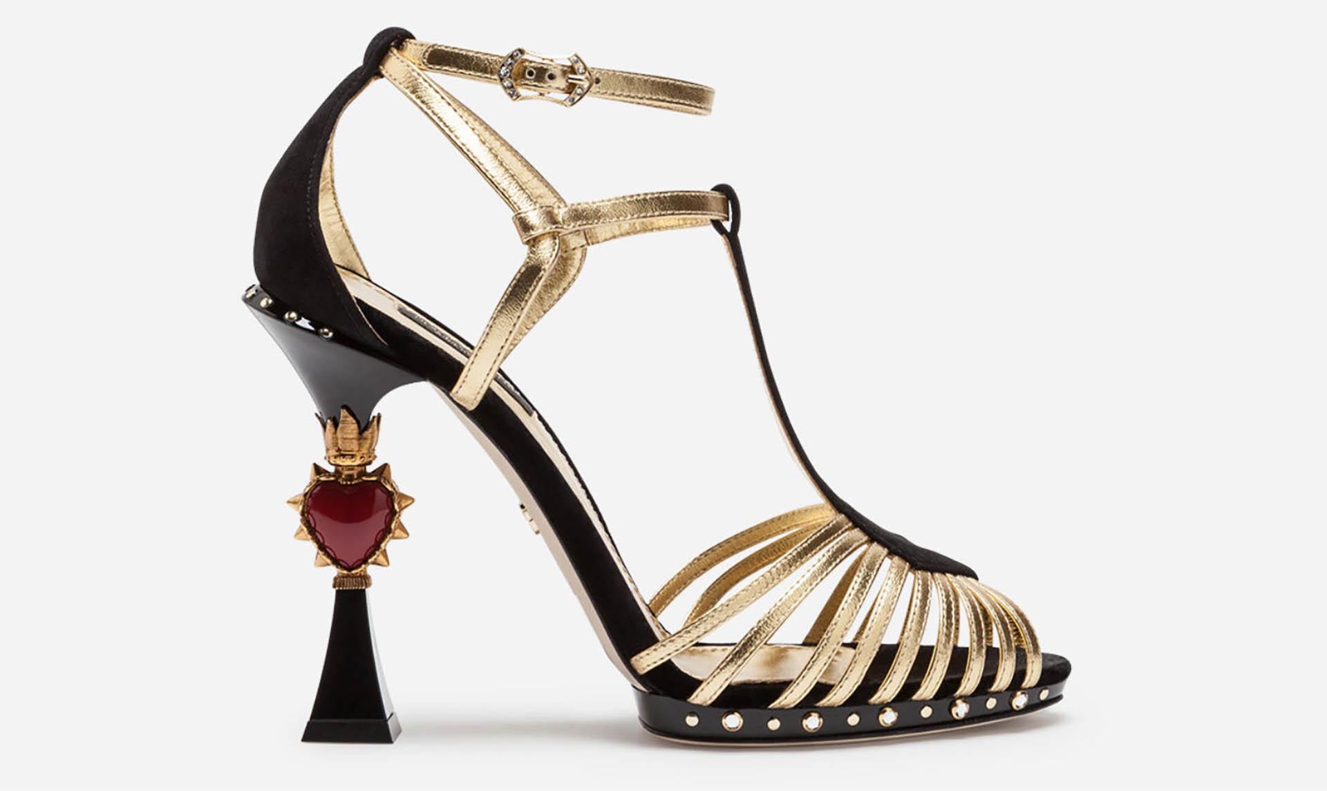 Dolce & Gabbana por excelencia es una de las firmas que innovan en los modelos con tacos llamativos con apliques de piedras, gemas, brillantes y cristales. El modelo es de 11 cm de taco con pulsera joya y hebilla con detalles de brillantes