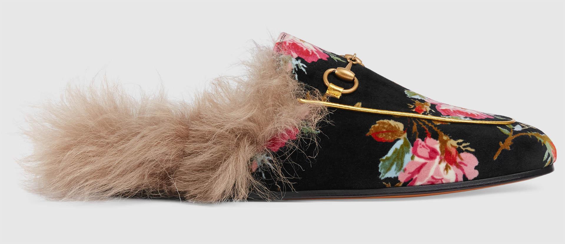 """""""Slipper Princetown"""", un diseño """"revival"""" de las tradicionales slippers de Gucci. Confeccionadas en terciopelo con rosas y forrado en su interior con pelo de cordero teñido. Este modelo fue presentado en la colección crucero 2018 de la marca"""
