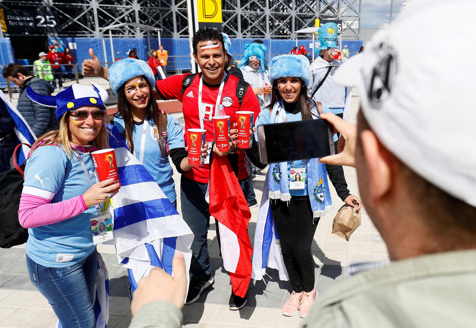 Fanáticos egipcios y uruguayos comparten un momento en la previa del partido