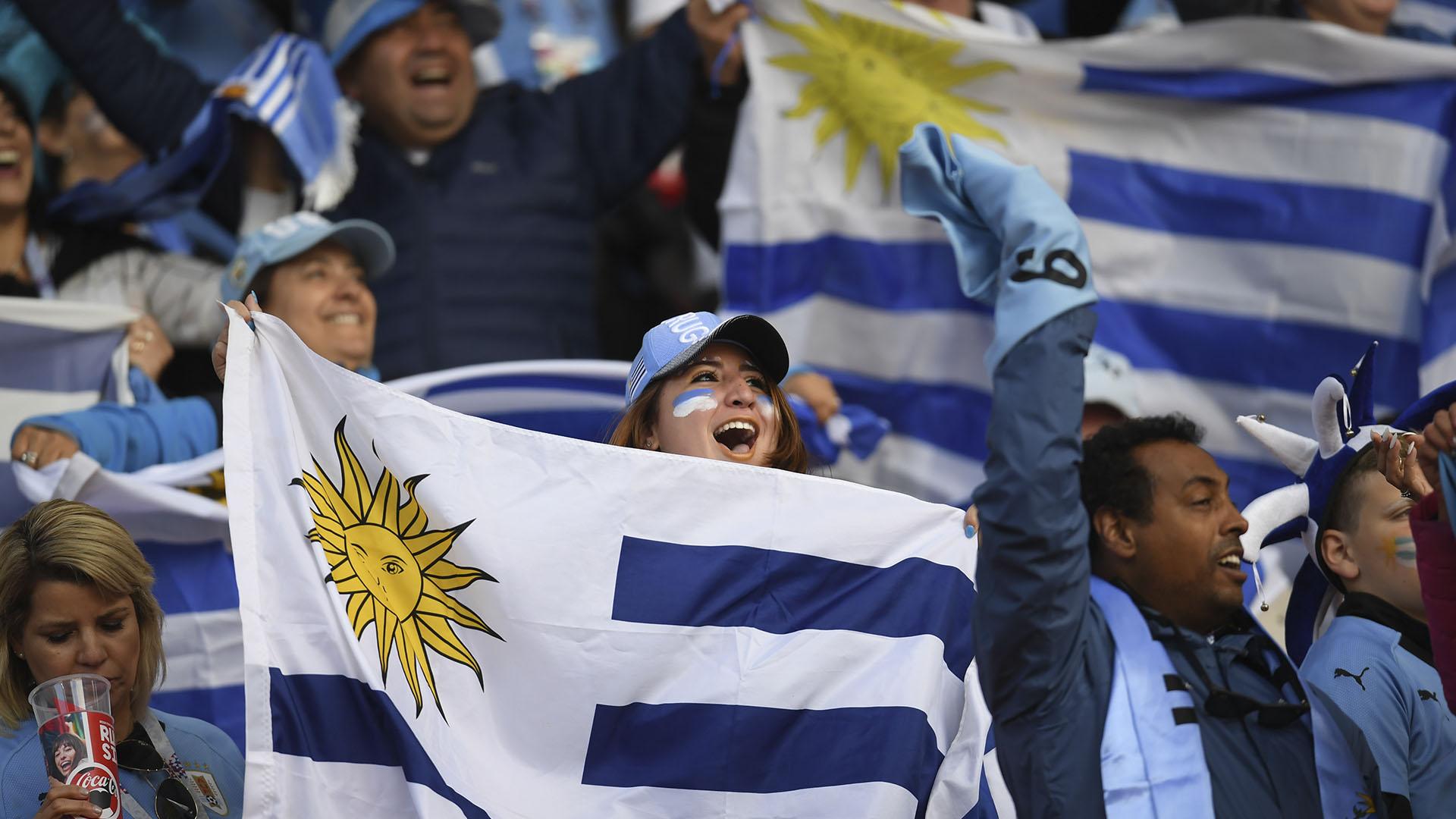 (AFP) Los fanáticos uruguayos calentaron la previa del partido