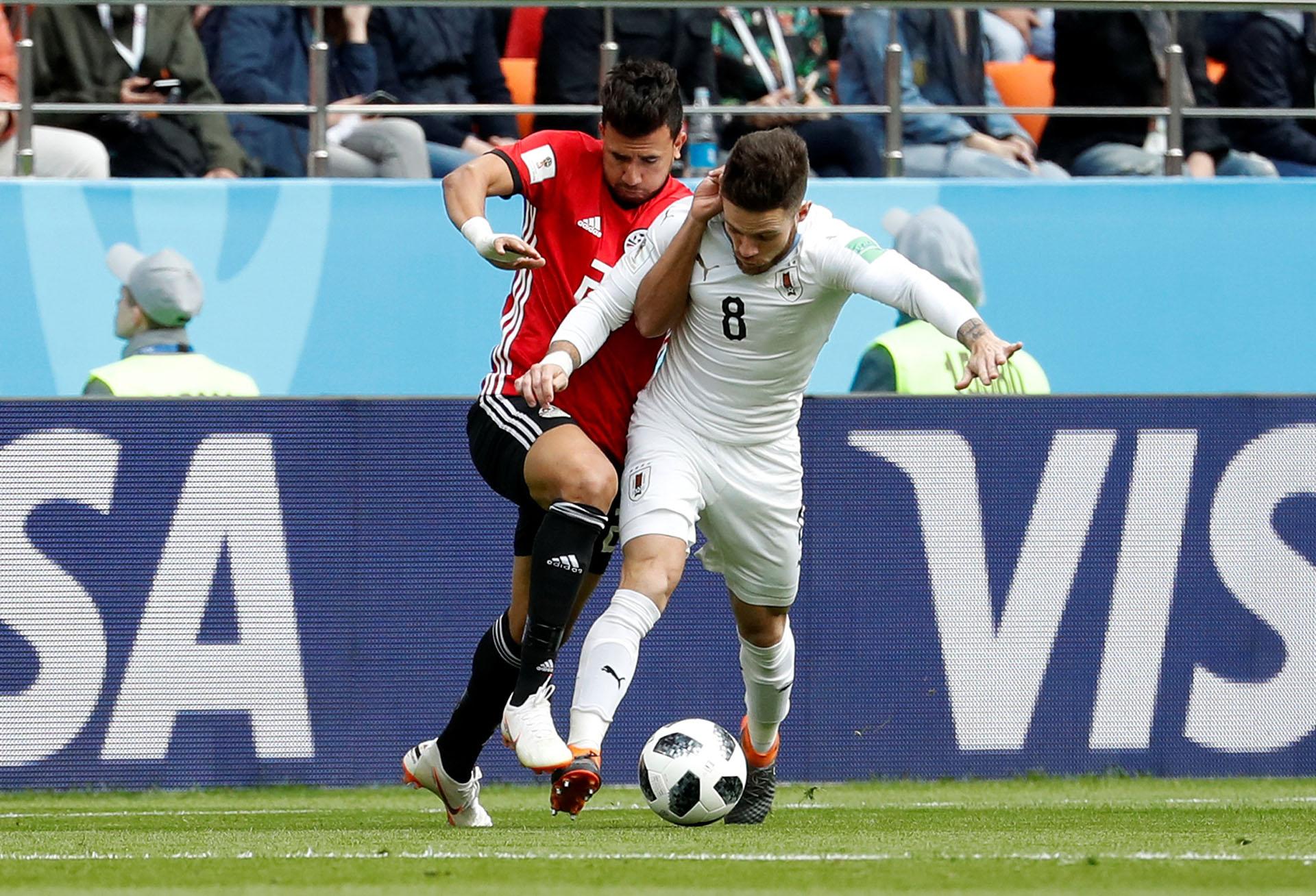 Nández pelea la posición en los primeros minutos de partido