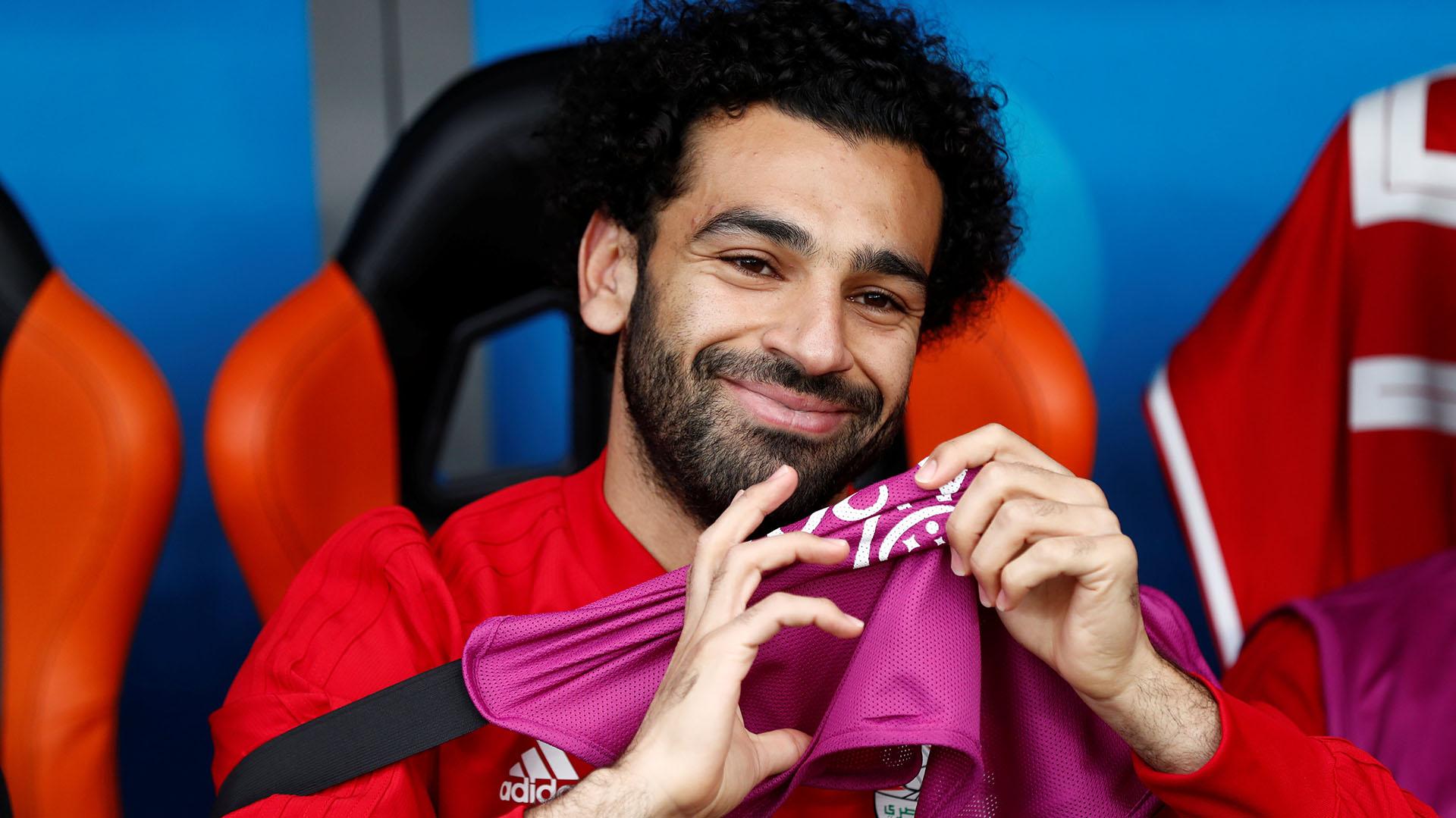 Mohamed Salah mira el partido desde el banco