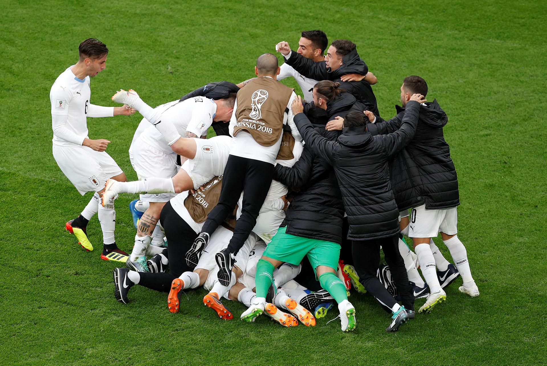 Explosión de los jugadores charrúas al conseguir el gol de la victoria