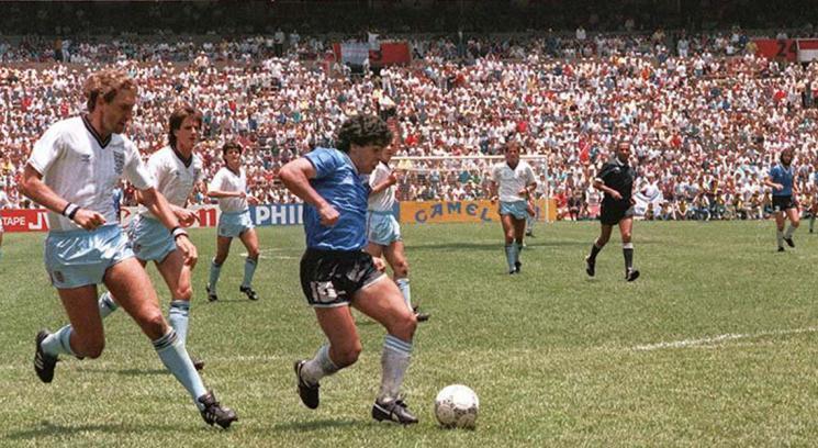 Maradona encara a Peter Shilton antes de convertir en gol la jugada de todos los tiempos