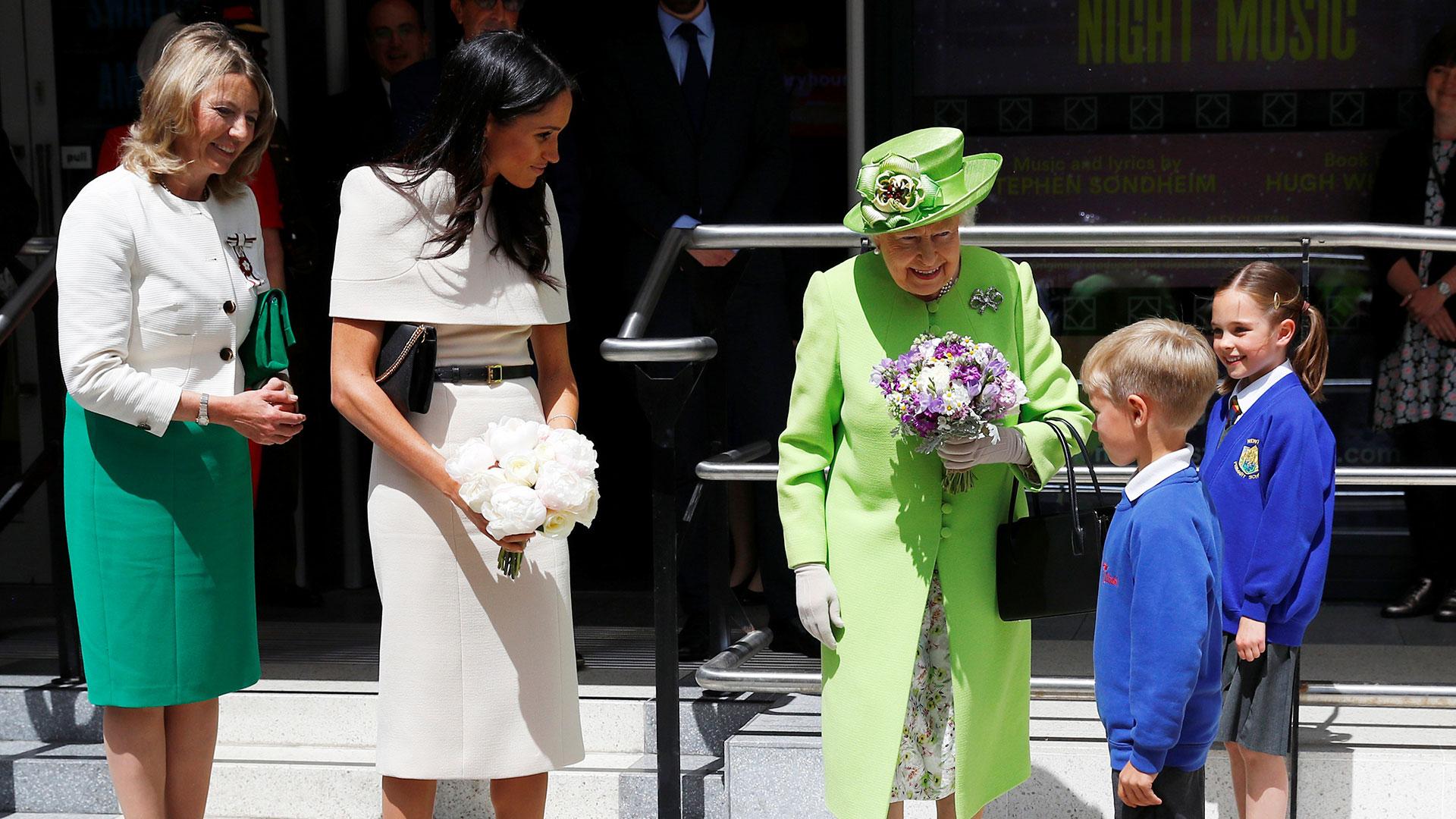 Su primer viaje fuera de Londres fue con la reina Isabel II en una actividad poco frecuente por parte de la soberana, que no suele viajar a solas con sus nueras ni con las hijas de sus nietos