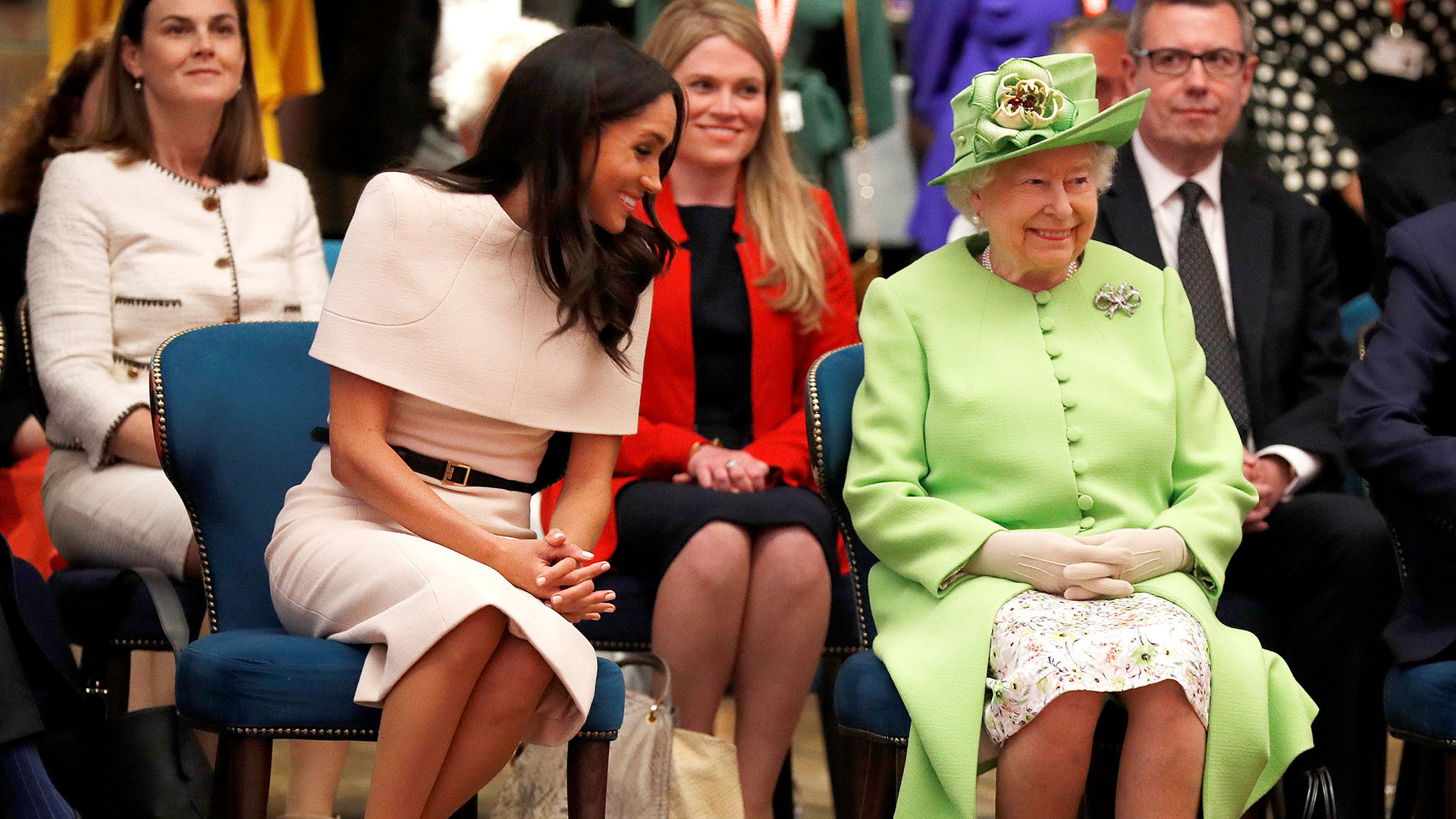Se cruzó de piernas al estar sentada, parte de los usos y costumbres de la corona británica
