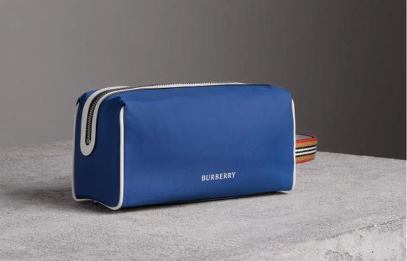 En azul marino, el neceser presentado por Burberry de su última colección (Burberry)