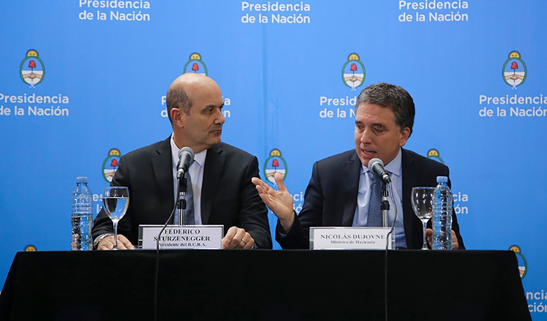 Dujovne y Sturzenegger en el anuncio en el CCK del primer acuerdo con el FMI