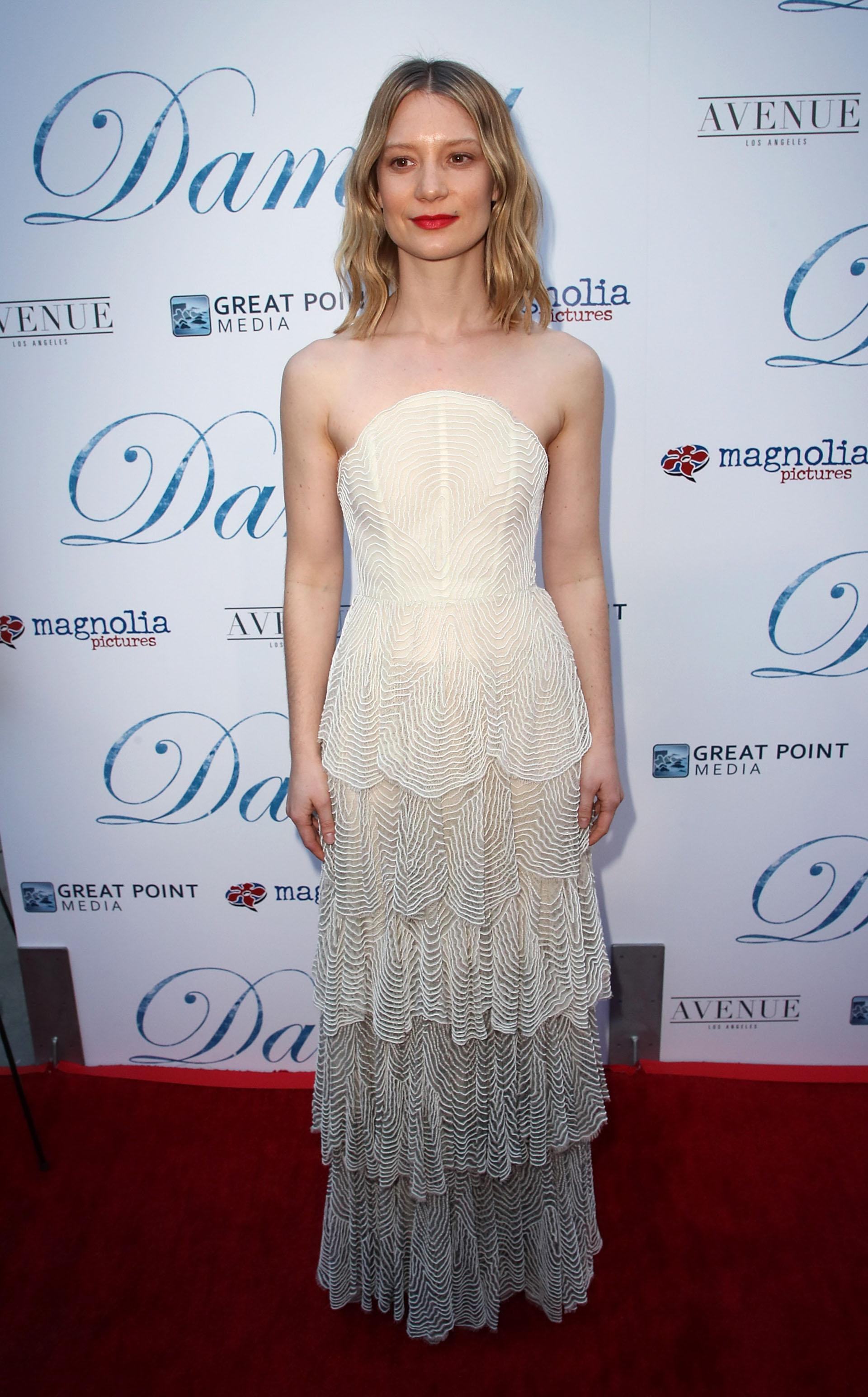 Mia Wasikowska lució un vestido con volados y strapless