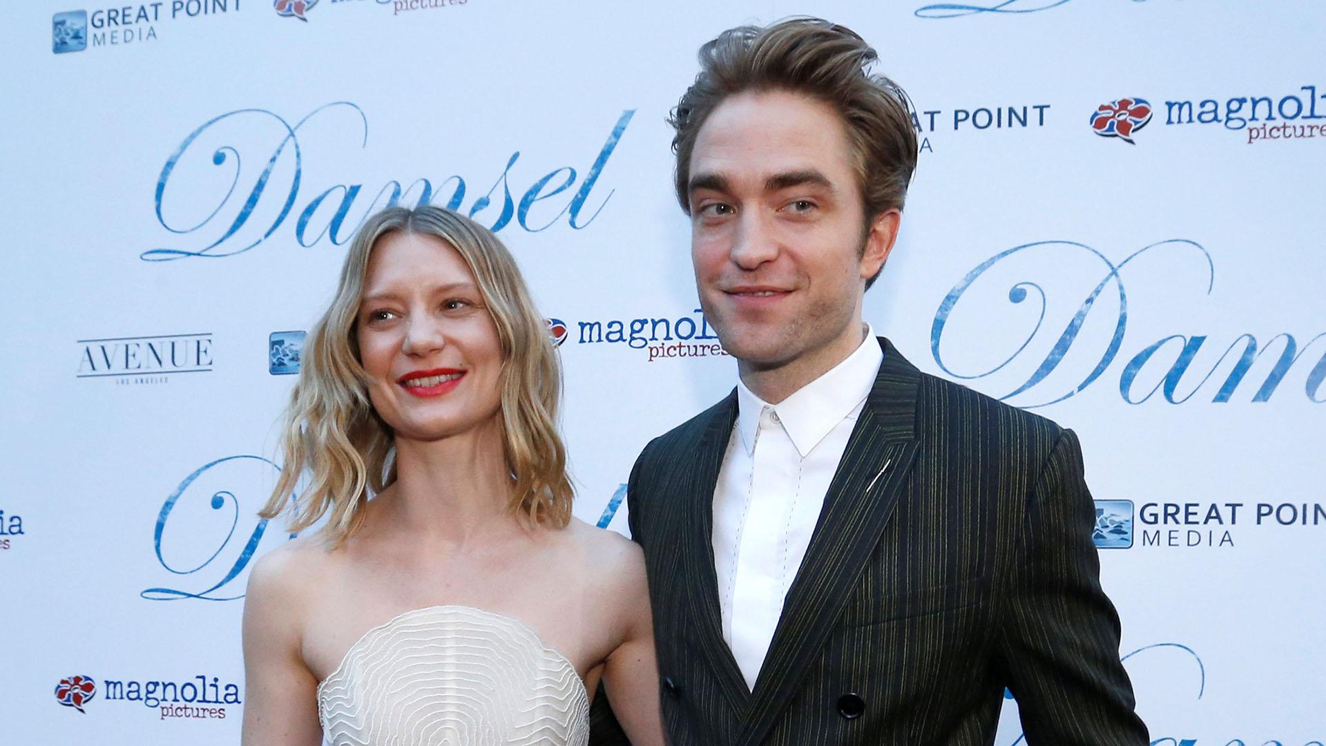 """La actriz australiana y su colega inglés fueron ovacionados en la esperada presentación de """"Damsel"""""""