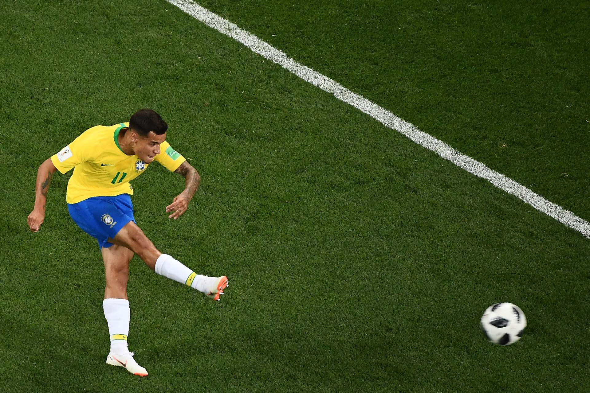 Brazil's forward Philippe Coutinho kicks and scores during the Russia 2018 World Cup Group E football match between Brazil and Switzerland at the Rostov Arena in Rostov-On-Don on June 17, 2018. / AFP PHOTO / Jewel SAMAD / RESTRICTED TO EDITORIAL USE - NO MOBILE PUSH ALERTS/DOWNLOADS