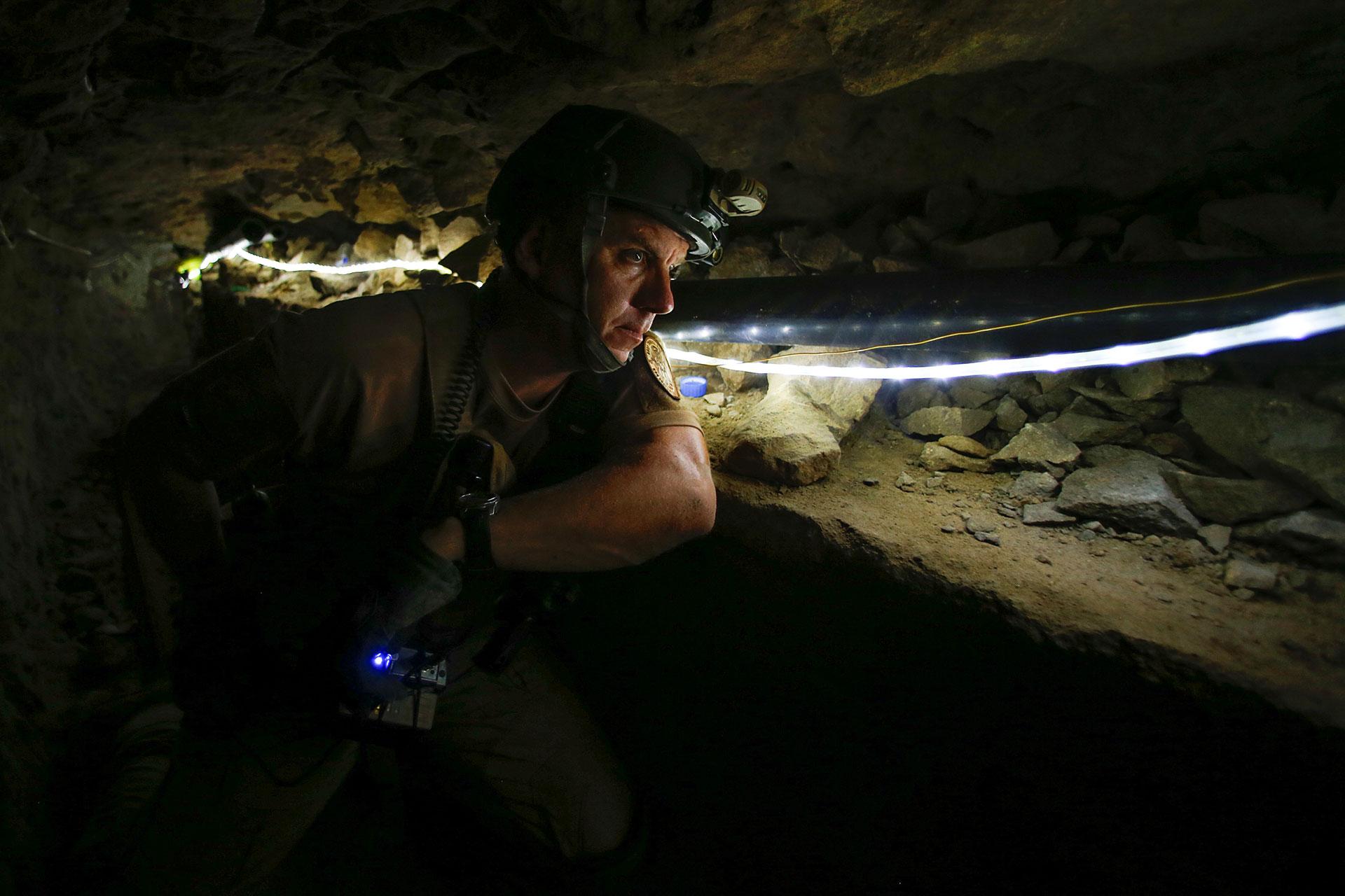 Un oficial federal de la Aduana y la Patrulla Fronteriza de EEUU inspecciona un túnel ilegal de contrabando bajo la frontera de México que ahora se usa para entrenar en San Diego, California
