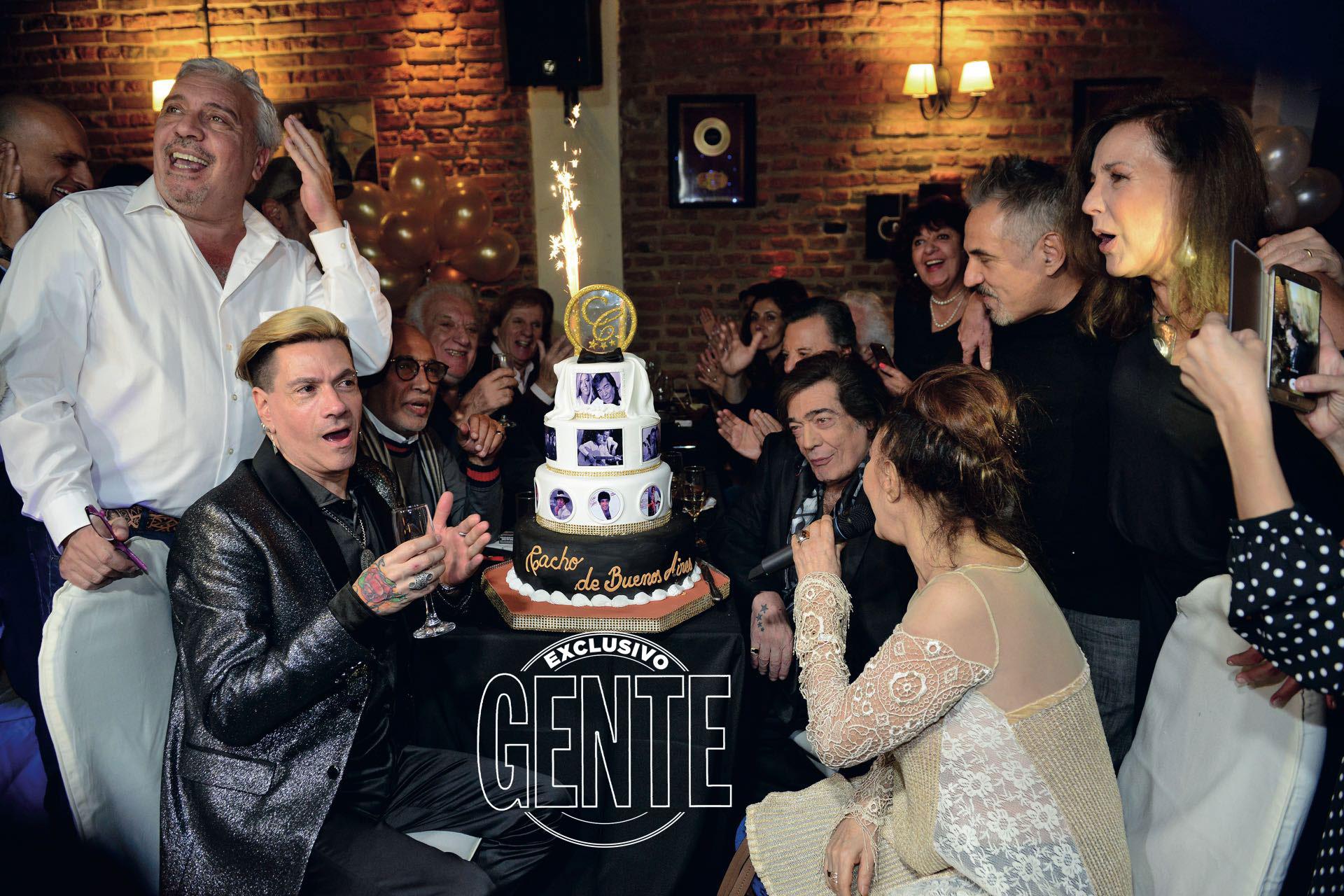 El momento del Feliz cumpleaños a Cacho, con Roberto Piazza y Coco Silly en primer plano y todos los invitados a pleno. (Foto Diego Soldini/GENTE)
