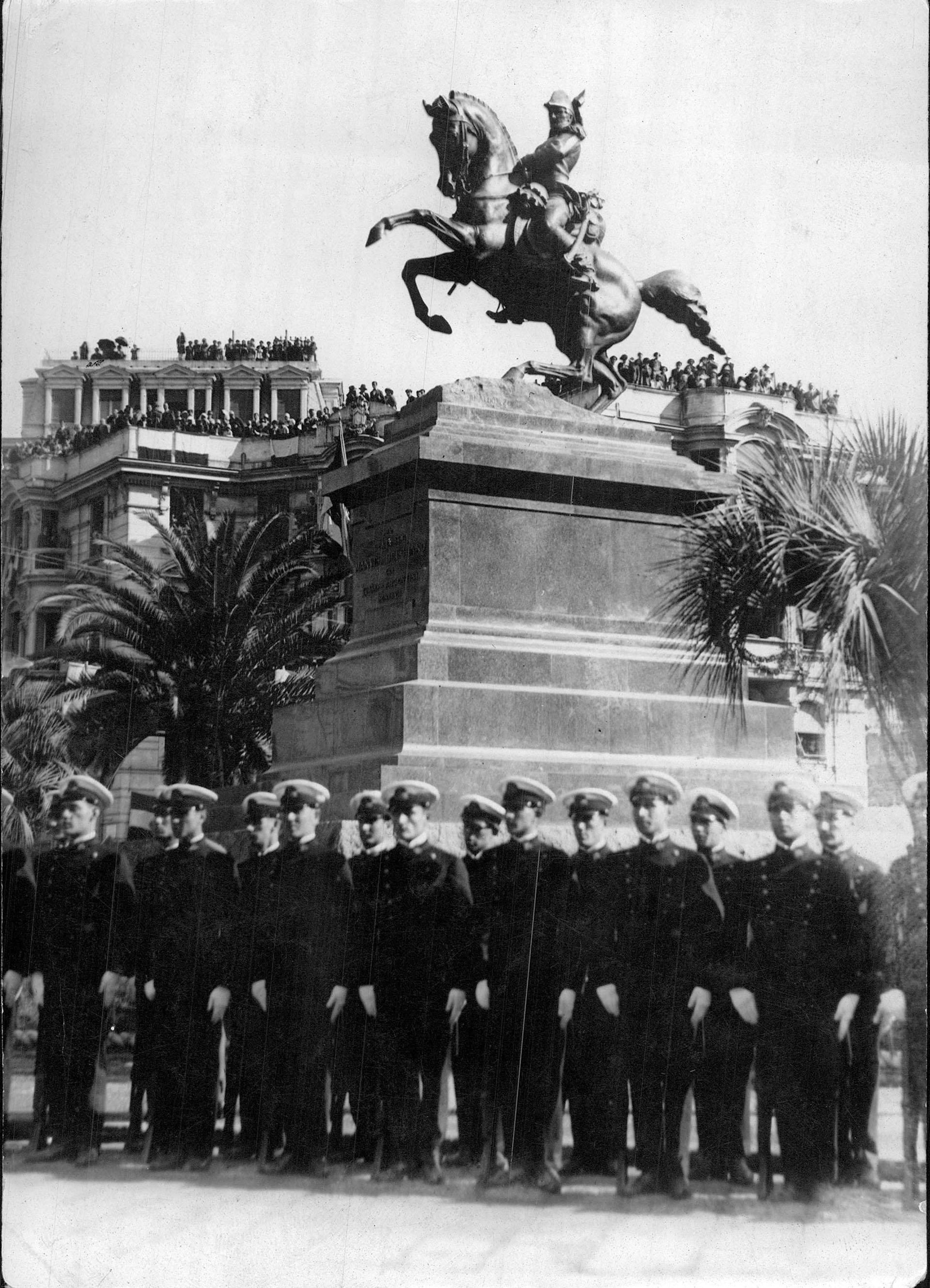 Inauguración del Monumento al General Belgrano en Génova, ciudad de donde era originaria su familia. Los cadetes de la Armada argentina viajaron en la Fragata Sarmiento para participar de la ceremonia, octubre de 1927 (Archivo General de la Nación)