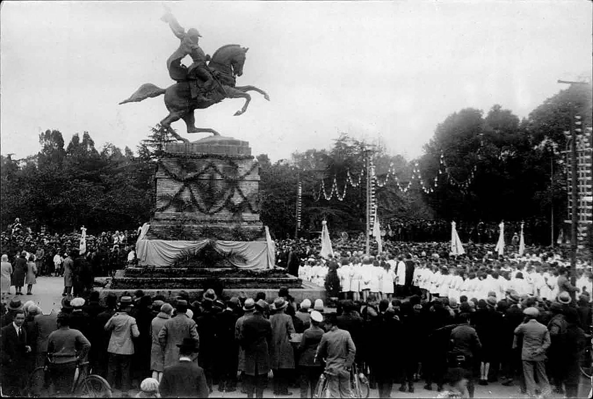 Año 1929: alumnos de escuelas y público en general al pie del monumento a Belgrano en el parque Independencia de Rosario, acto en conmemoración del 9 de Julio (Archivo General de la Nación)