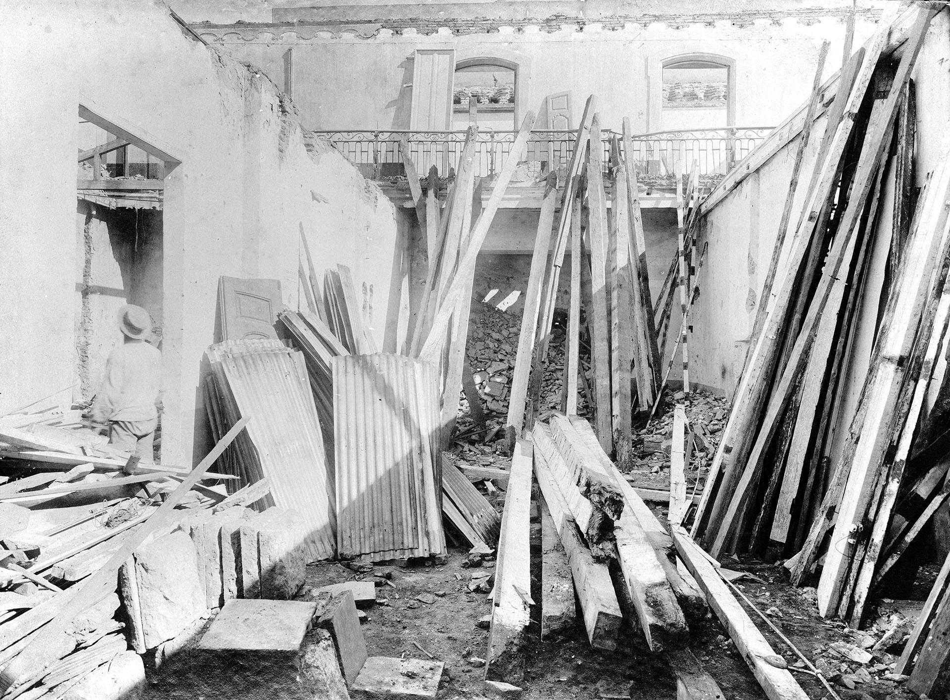 Demolición, en 1909, de la casa donde vivió y murió el general Manuel Belgrano (Archivo General de la Nación)