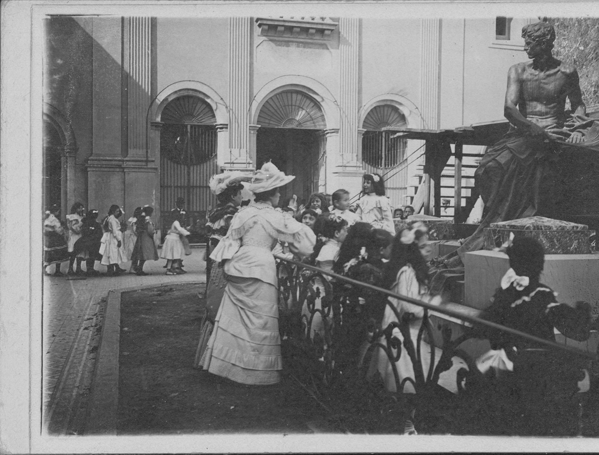 Niños visitando el Mausoleo de Belgrano en un aniversario de la batalla de Tucumán (Archivo General de la Nación)