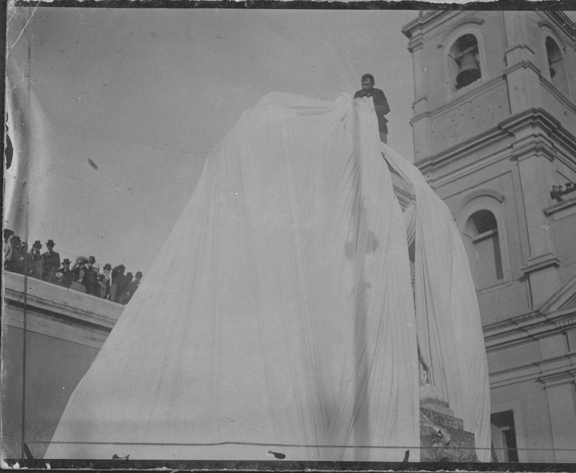 El momento en que se descubren los paños del monumento a Belgrano en la inauguración de su Mausoleo, en junio de 1903 (Archivo General de la Nación)