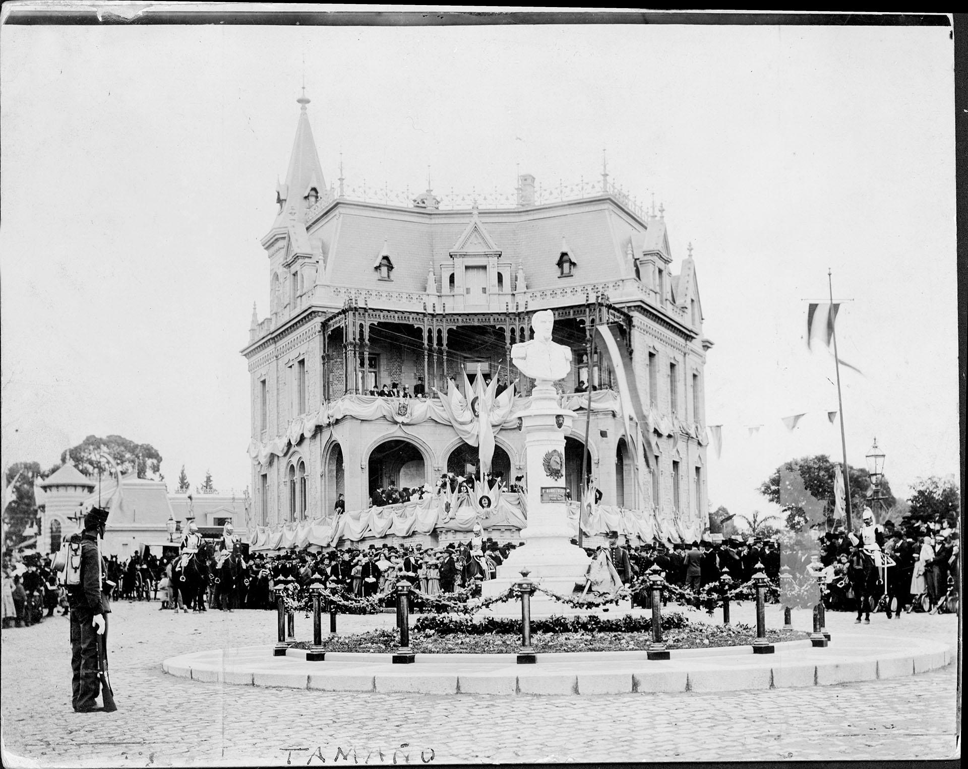 Monumento a Belgrano realizado por es escultor Luis Fontana, ubicado en 11 de septiembre y Echeverría (Barrio de Belgrano, Capital). El palacio que se ve detrás pertenecía a Antonio Santa María, donante del monumento (Archivo General de la Nación)