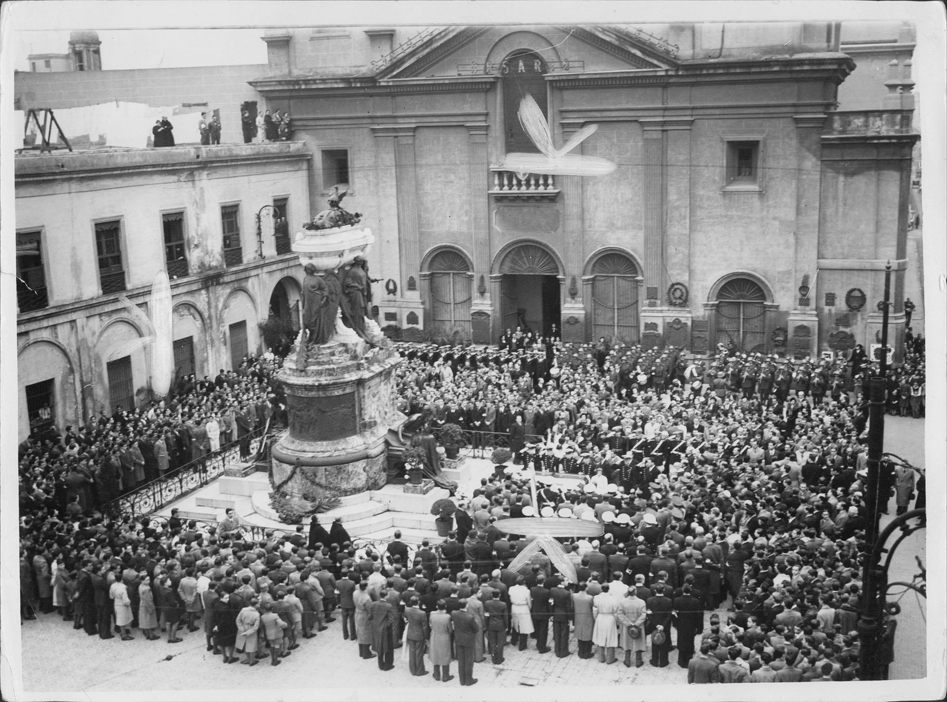 Acto en el Mausoleo de Belgrano, de bendición de la bandera y homenaje al general en un aniversario de su muerte, atrio de la Basílica del Santísimo Rosario y Convento de Santo Domingo (Archivo General de la Nación)