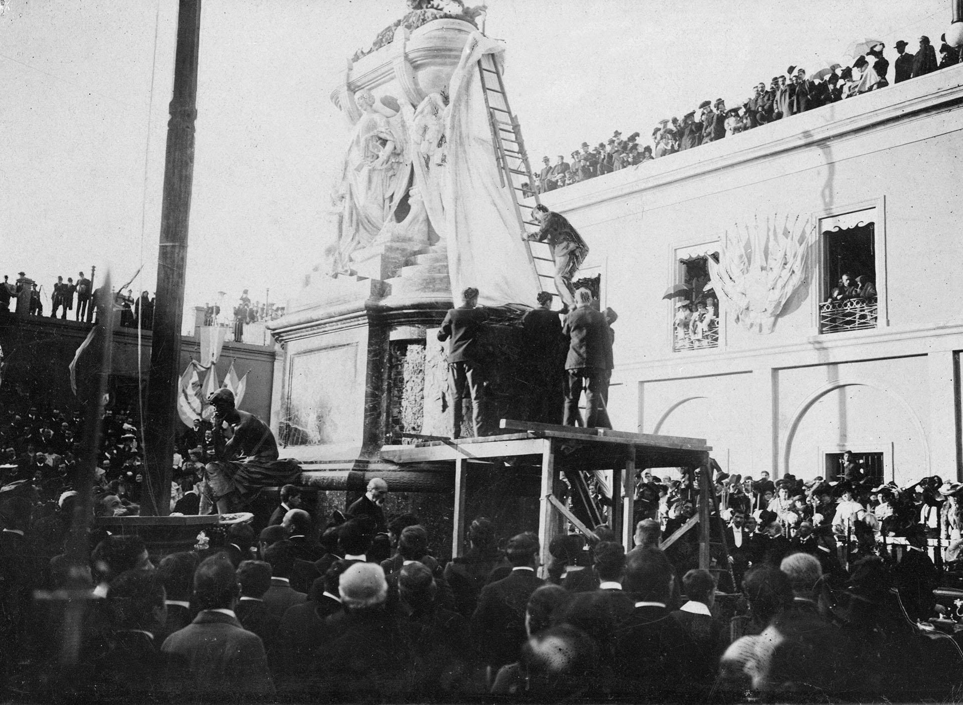 Otro momento de la inauguración del Mausoleo de Manuel Belgrano en el atrio del Convento de Santo Domingo, el 20 de junio de 1903 (Archivo General de la Nación)