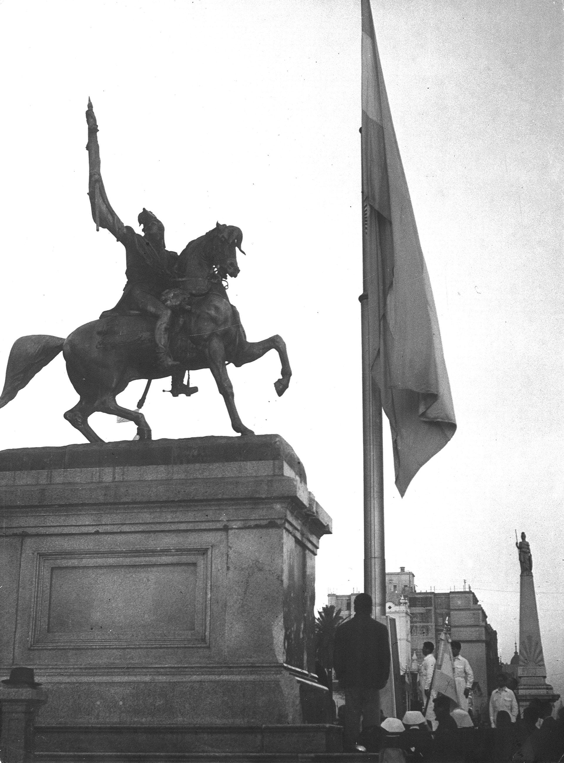 Izamiento de la bandera en el mástil de la Plaza de Mayo, julio de 1956 (Archivo General de la Nación)