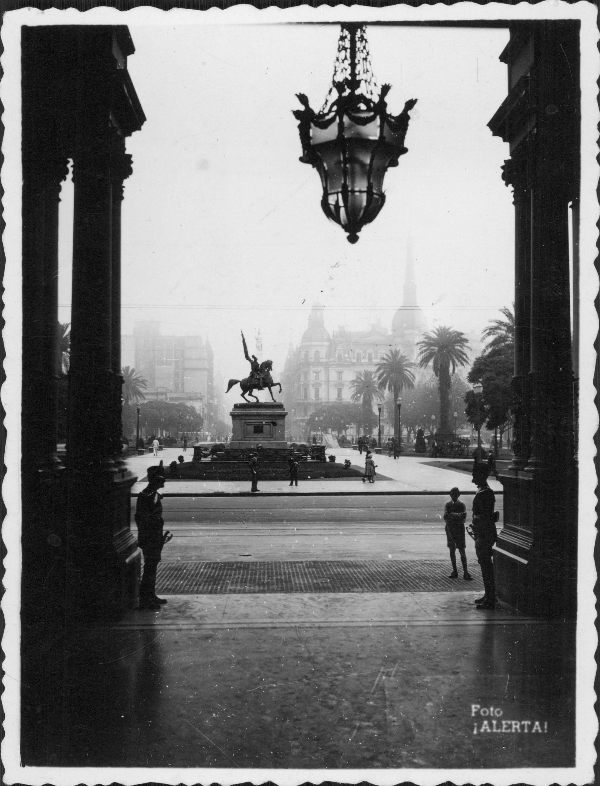 Vista del monumento a Belgrano desde el interior de la Casa Rosada (Archivo General de la Nación)