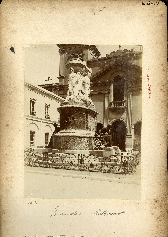 El mausoleo de Belgrano ubicado en el atrio del Convento de Santo Domingo, en Buenos Aires, es obra del escultor italiano Ettore Ximenes (Archivo General de la Nación)
