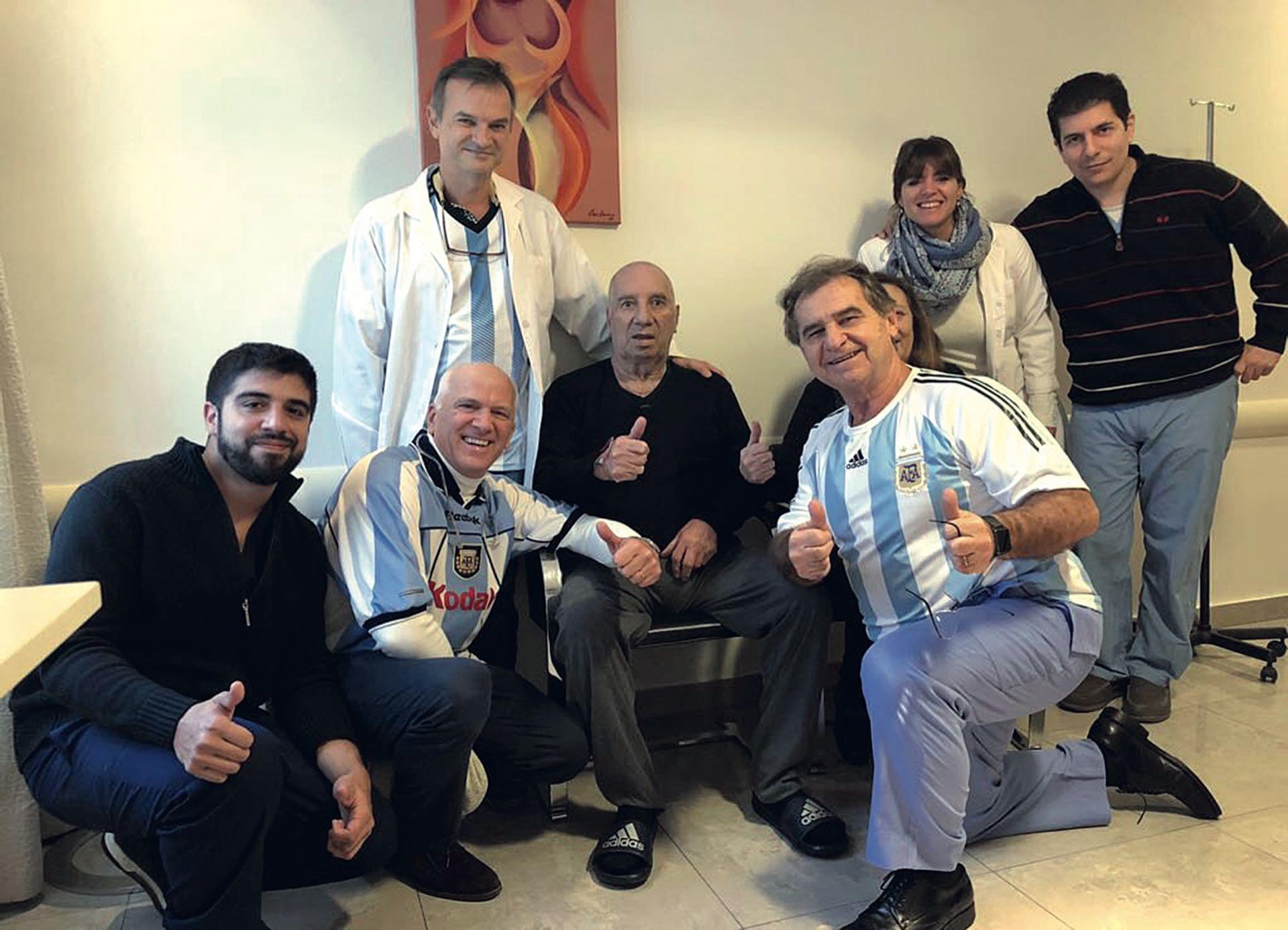 Carlos Salvado Bilardo con el equipo de médicos que lo operó