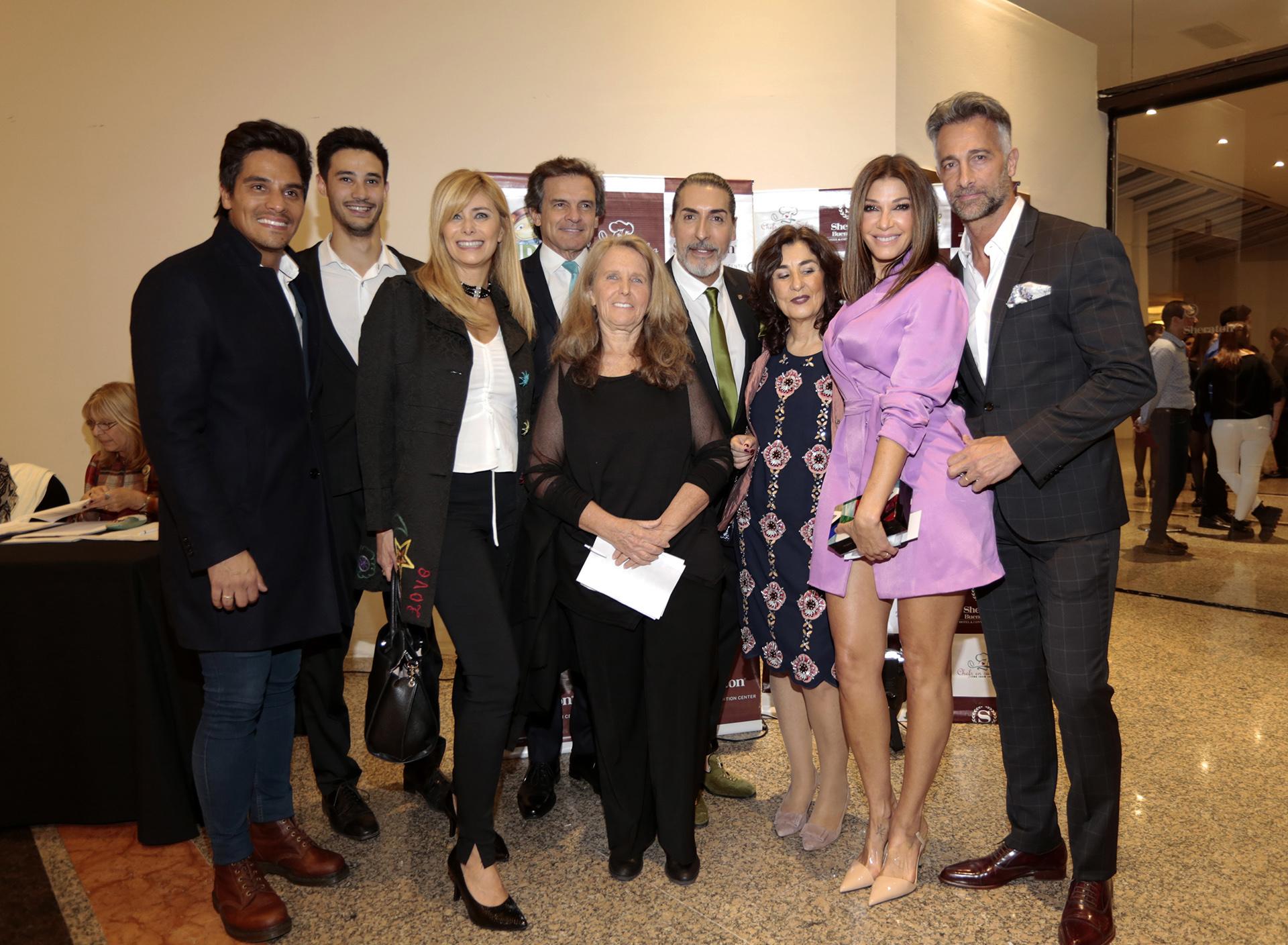 Edith Grynszpancholc junto a algunos de los famosos que colaboraron en la cena anual a beneficio de la Fundación Natalí Dafne Flexer /// Fotos: Christian Bochichio